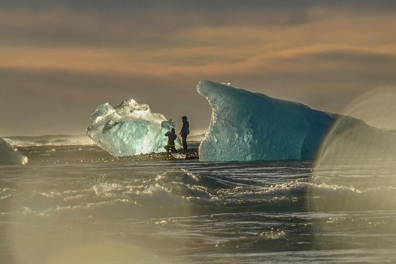 22 februari 2020 - IJsland - Overnachting: nader te bepalenIJsschotsen drijven de Atlantische oceaan in vanuit het Jökulsárlón meer in het zuiden van IJsland.
