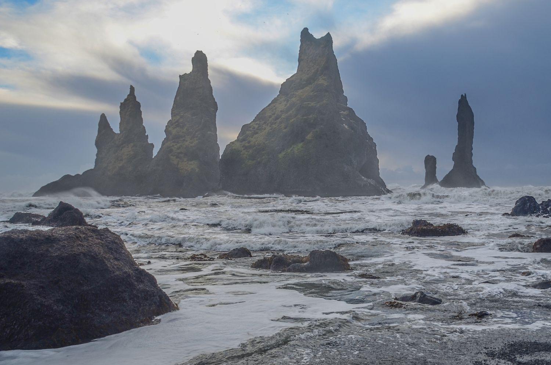 - Als we de zuidkust aandoen, dan maken we overdag uitstapjes met korte wandelingen. De basaltformatie van Hálsanefshellir is te zien bij het zwarte zandstrand Reynisfjara.