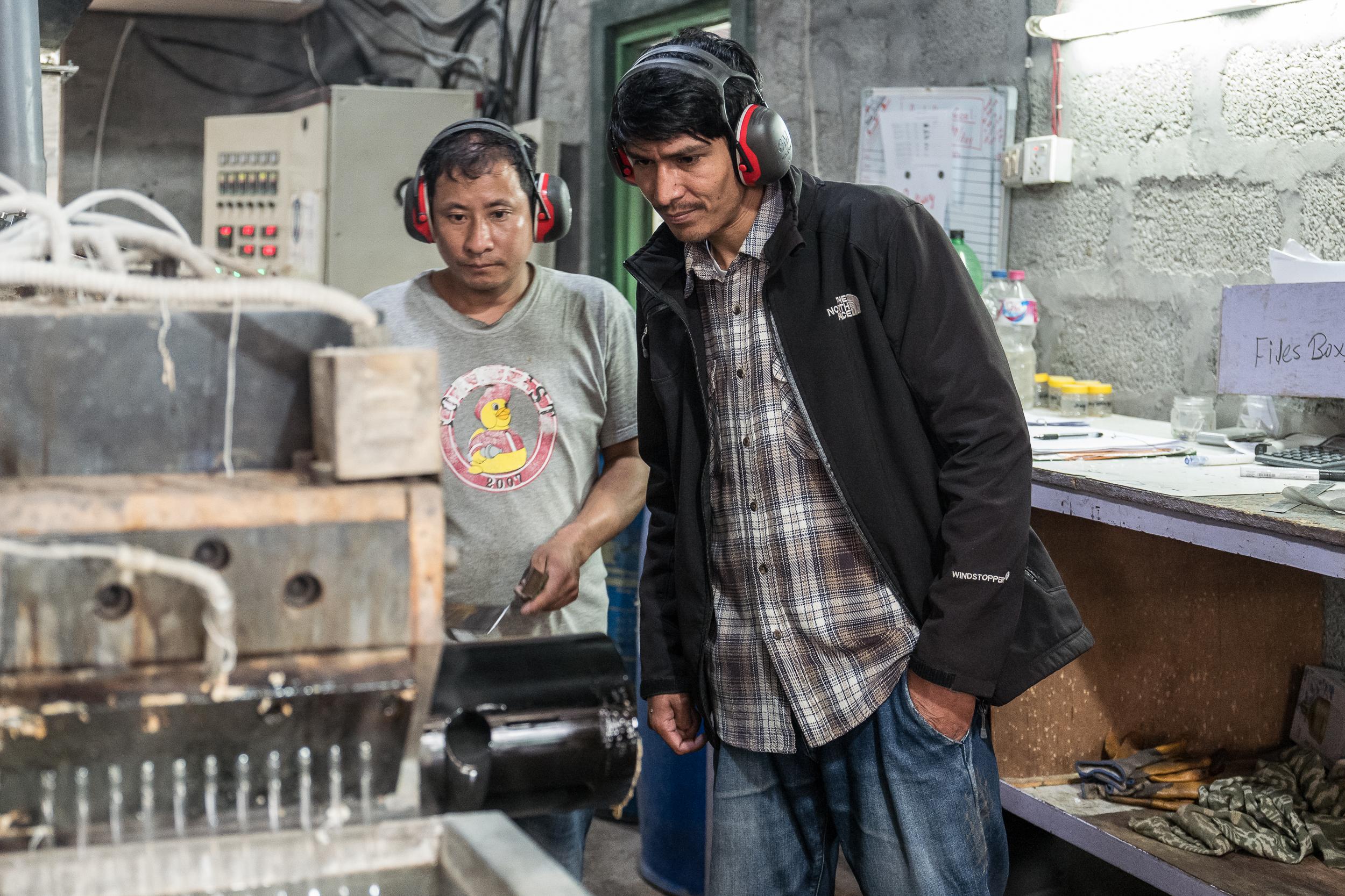 Prakash mit einem Teammitglied am Extruder (Foto:  Peter Schäublin )