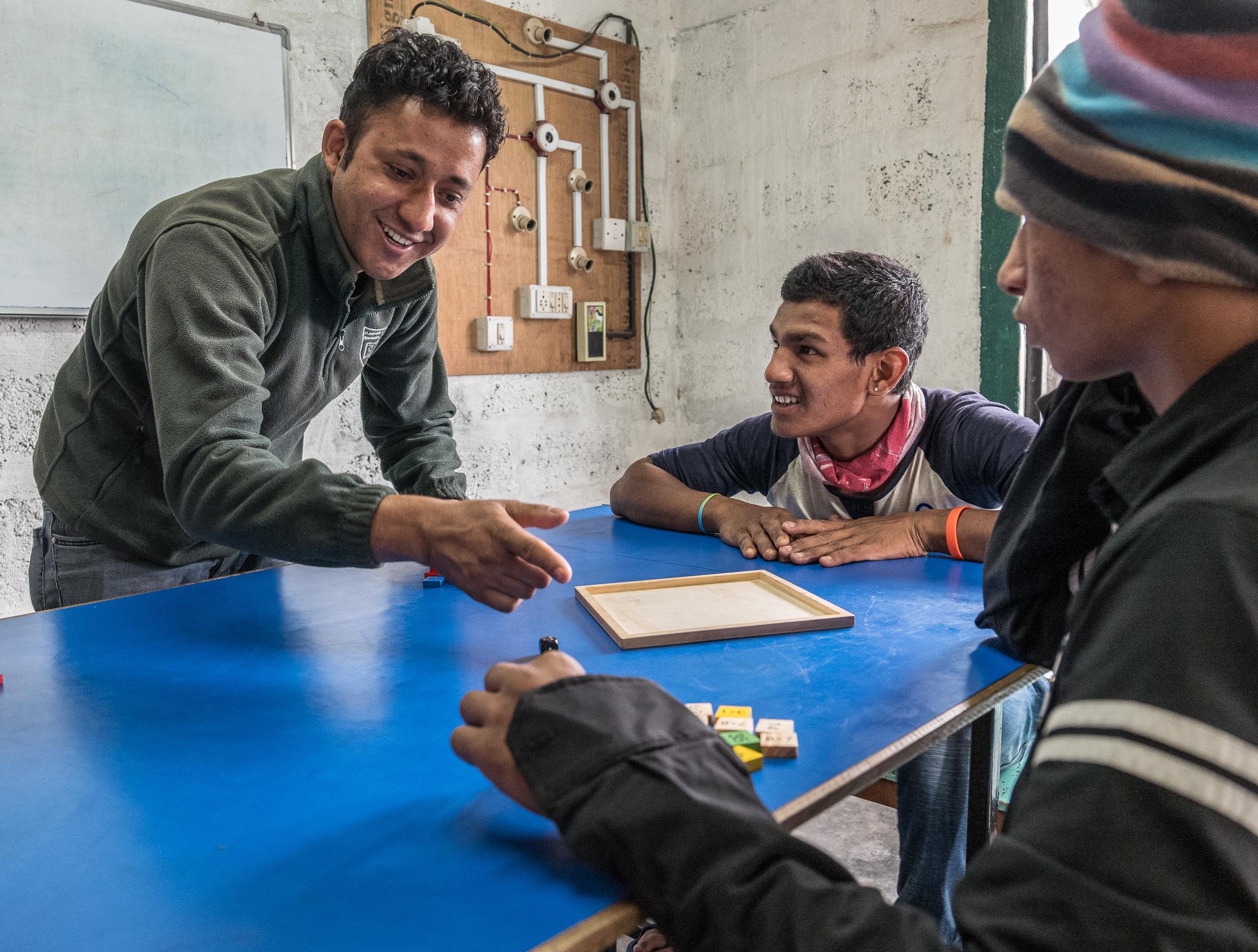 Jugendliche in der Lehrwerkstatt (Foto:  Peter Schäublin )