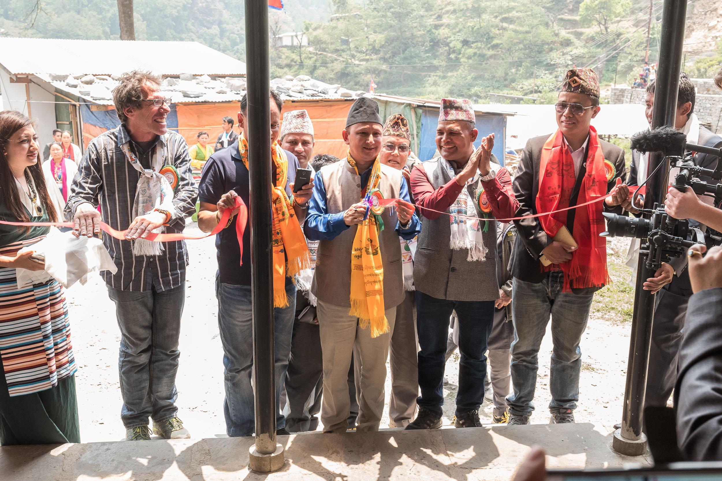 Im Rahmen einer feierlichen Zeremonie wird die Schule in Yangri offiziell eröffnet (alle Fotos:  Peter Schäublin )