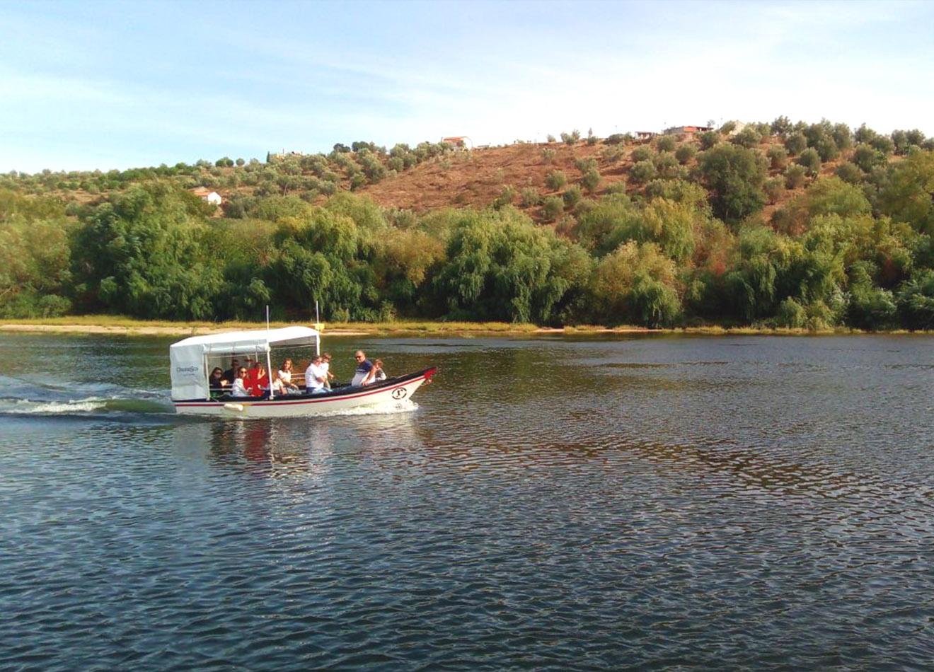 Passeio de barco tradicional ao Castelo de Almourol - Chamusca a nossa embarcação tradicional. Robusta, elegante e a condizer com a harmonia e tranquilidade do rio Tejo.Detalhes:- Duração de cerca de 1 hora e 45 minutos (passeio e visita ao Castelo de Almourol);- Pré-marcação obrigatória e sujeita a confirmação;- Pagamento na hora de embarque;- Embarcação limitada a 12 pessoas por passeio.- Valor da experiência: 6€/pessoa.- Bilhete de entrada no Castelo de Almourol: 4€/pessoa.Para mais informações não hesite em enviar as suas questões pelo formulário de marcações.