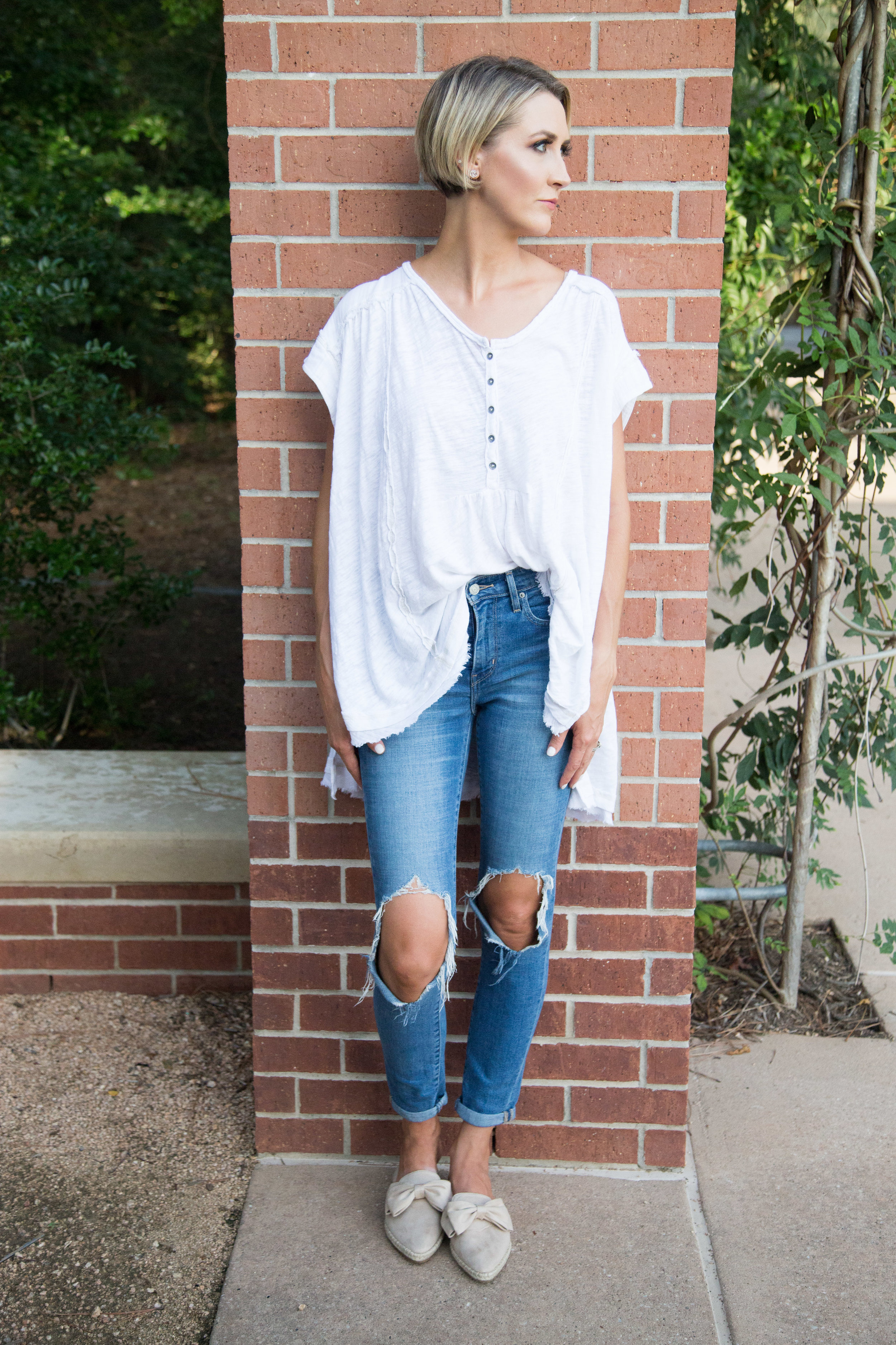 Here I show you that you have the option to tuck it in.  I styled the top with medium wash denim and a pair of neutral color slides. It's the perfect casual, cute, throw on and go look.
