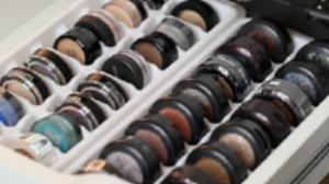 eyeshadow-storage-ice-cube-trays-e1455750564174 (1).png