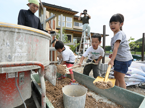 お子さんたちも版築作りのワークショップに参加されました。