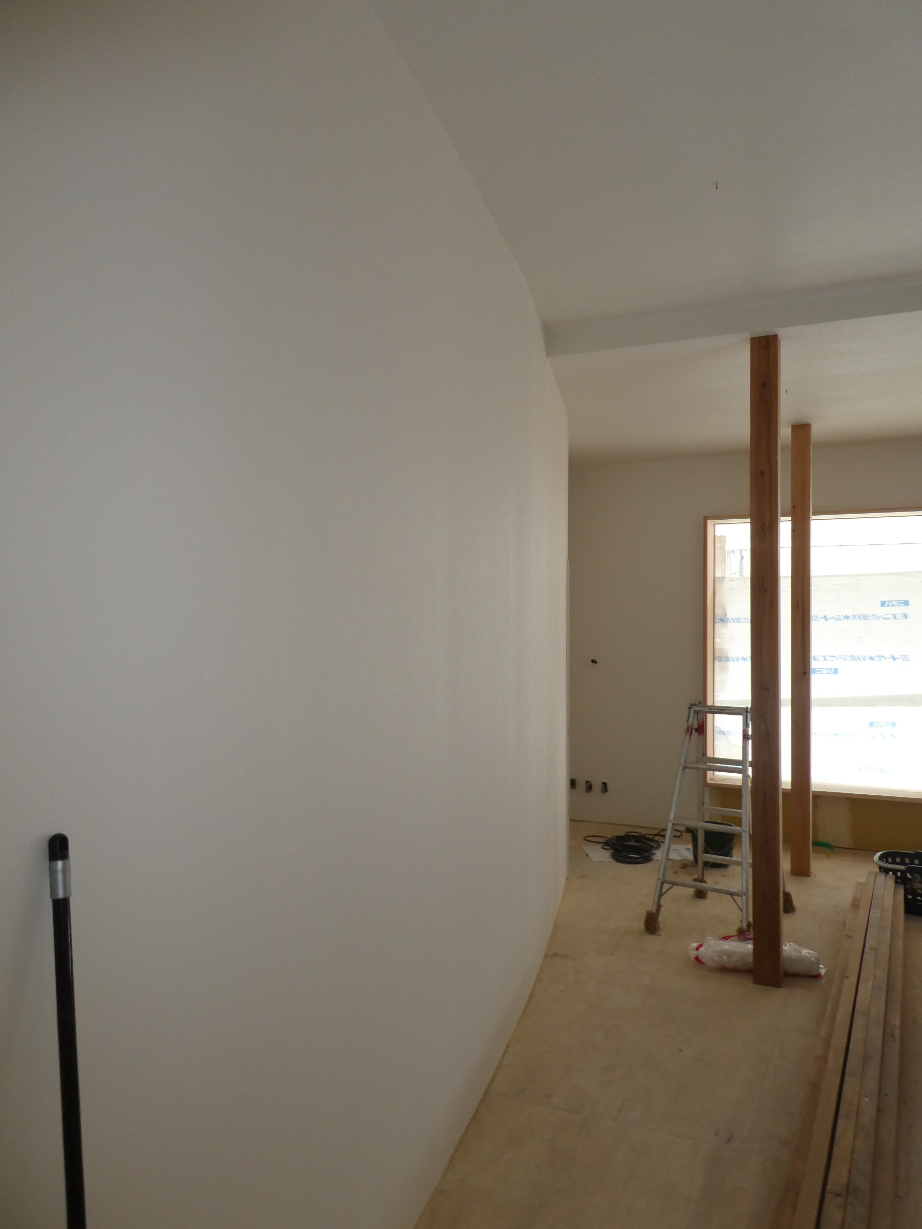 撮影スタジオの一面の壁は緩やかなカーブを描きます。
