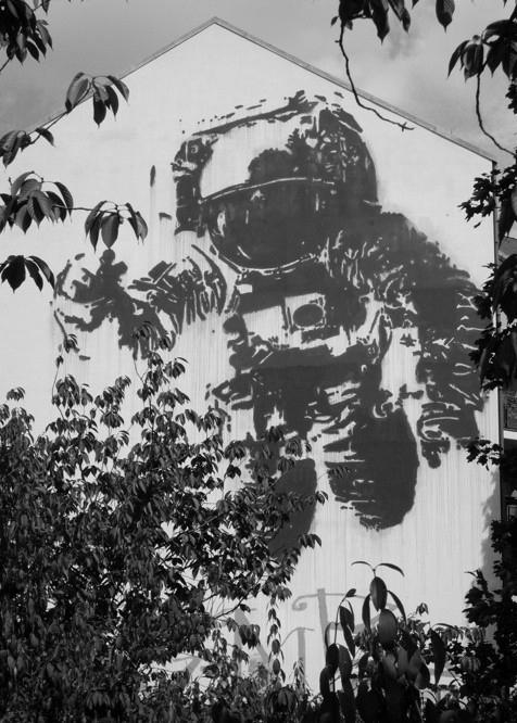 giant-astronaut.jpg
