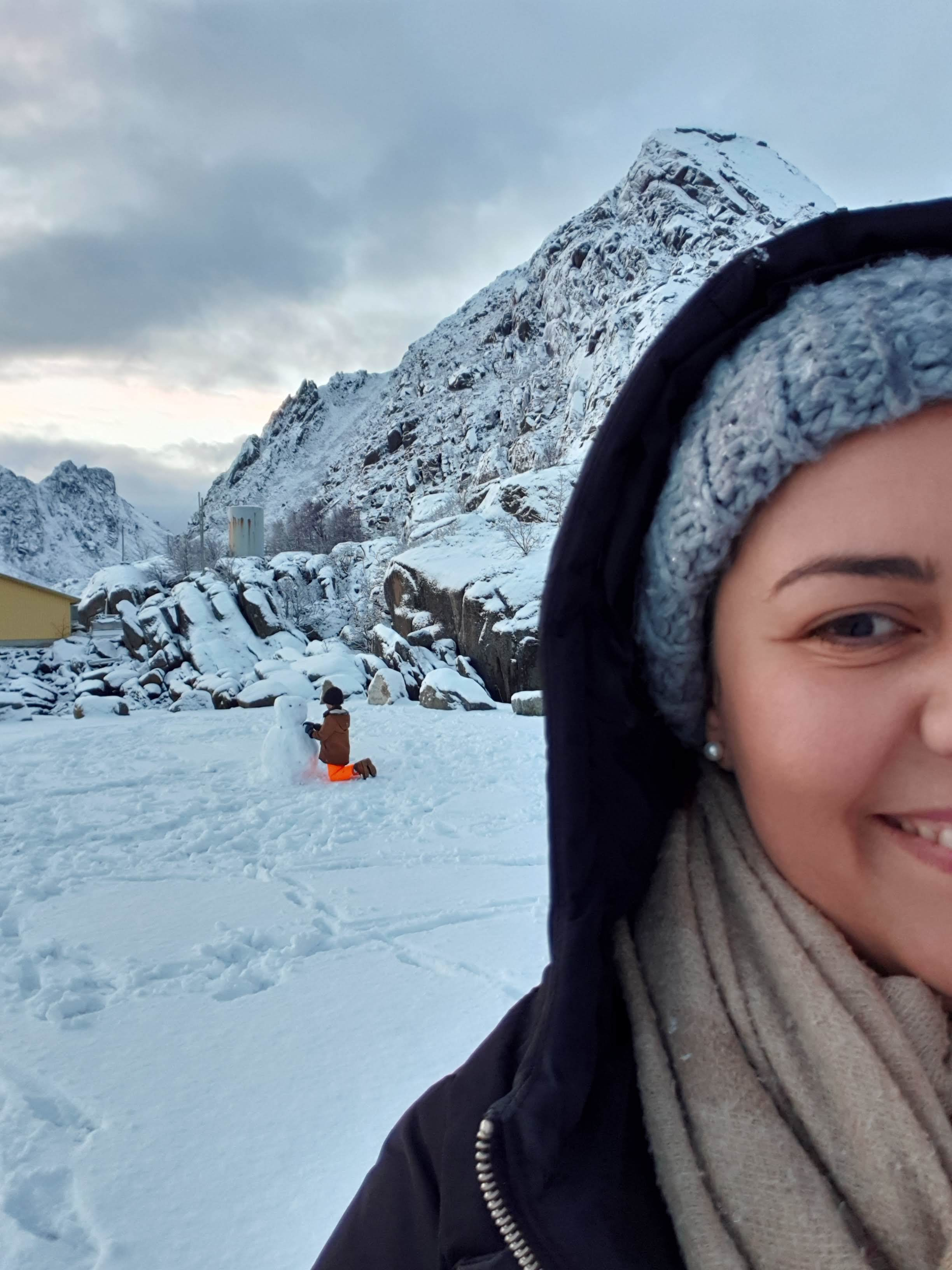 A bright smile, beautiful scenery and a snowman. Faten Aggad makes the Arctic circle look heartwarming (photo from her private collection)