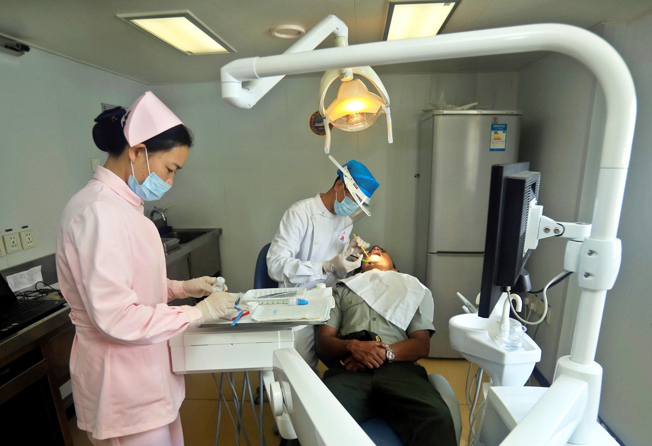 La caries es una destrucción de los tejidos duros del diente (esmalte y dentina) debida a determinadas bacterias que transforman los azucares en ácido. Si no se hace nada, alcanza la pulpa (nervio del diente) y produce dolor..