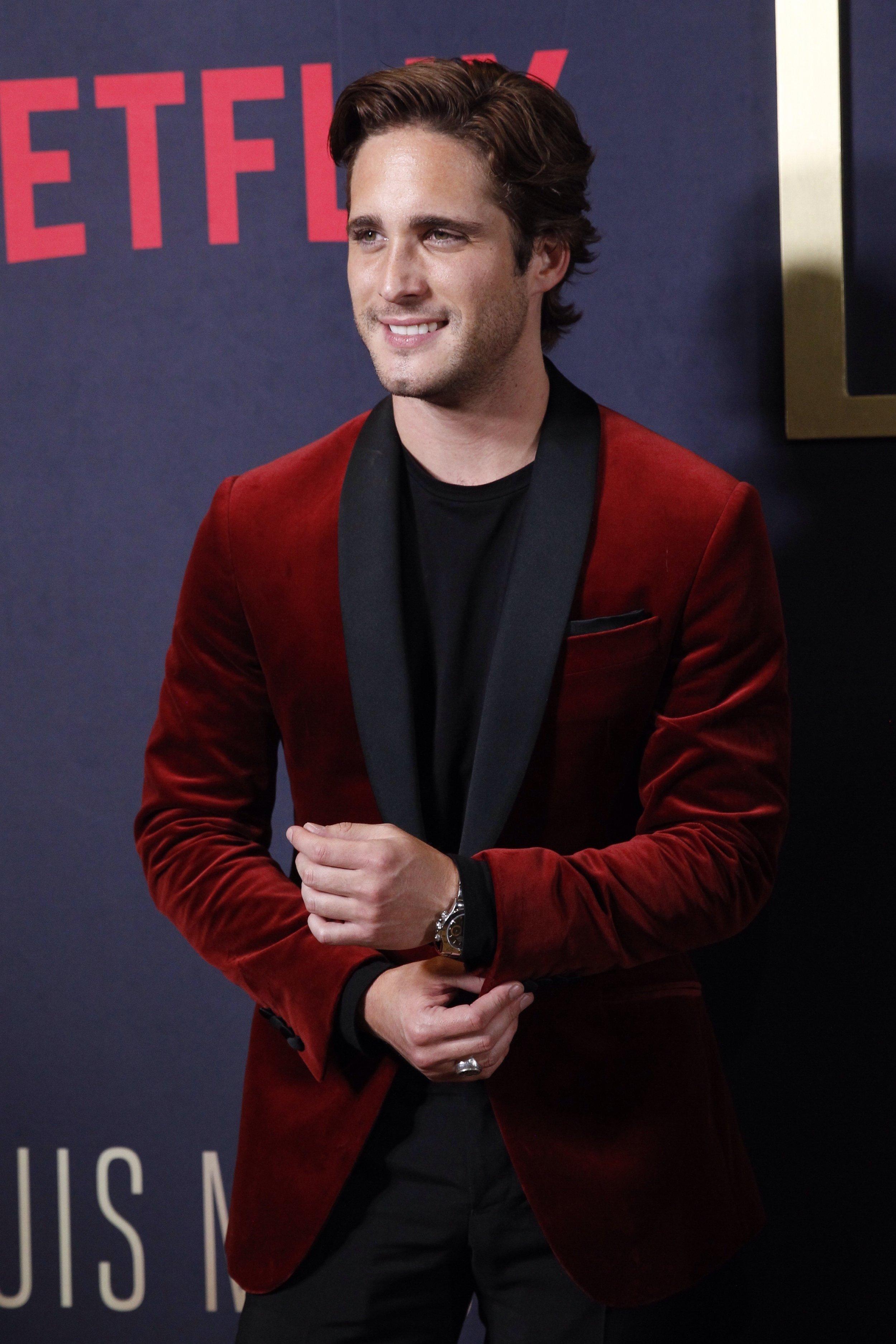 Con casi 28 años ha protagonizado la producción de Netflix y Televisa sobre la vida de Luis Miguel , El Sol de México; lo cual le ha catapultado aún más a la fama y le ha dado experiencia vocal, ya que canta él todas las canciones de la serie.