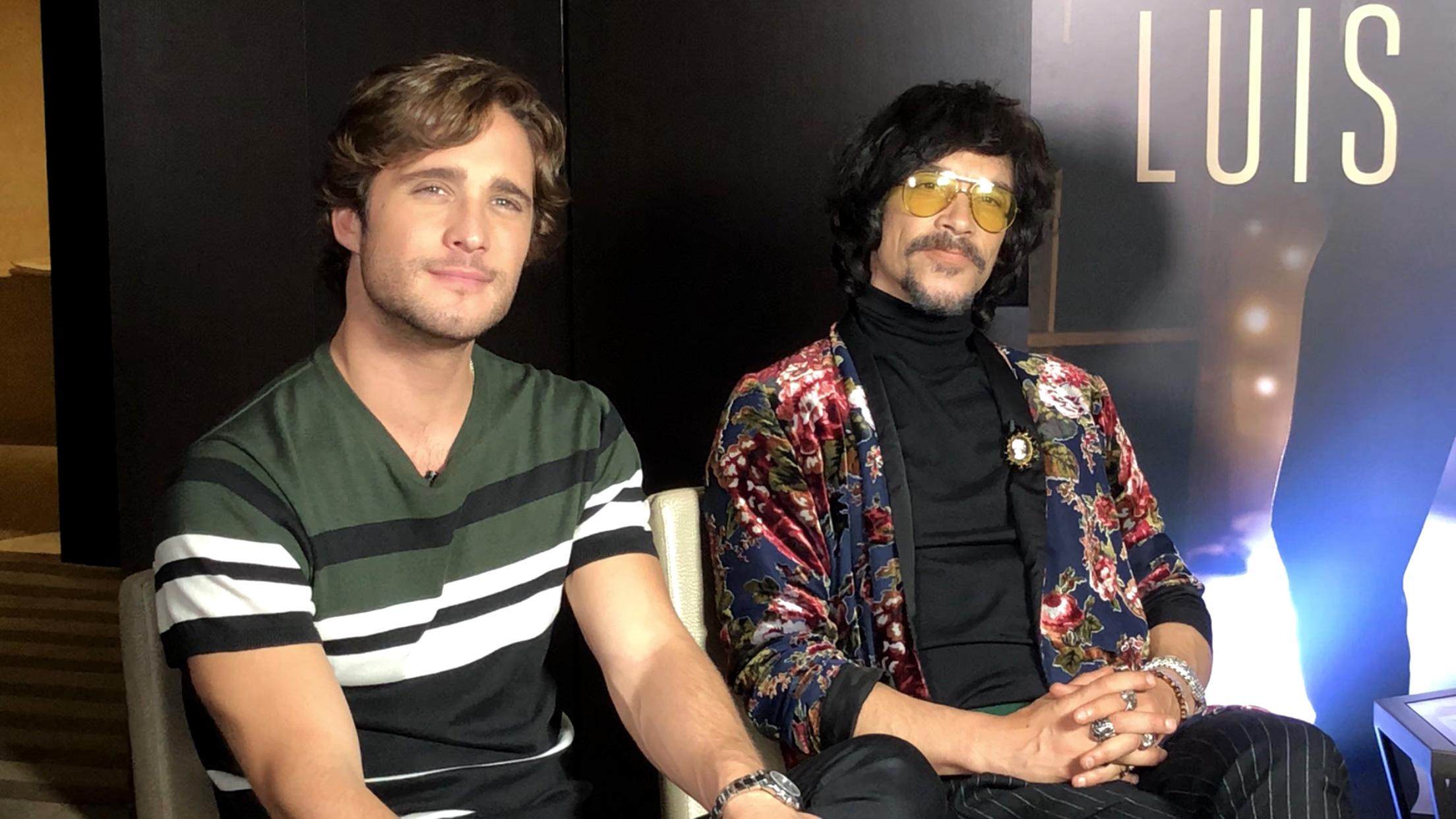 Boneta (i) junto al actor español Óscar Jaenada quien interpreta su padre en la serie de Luis Miguel.