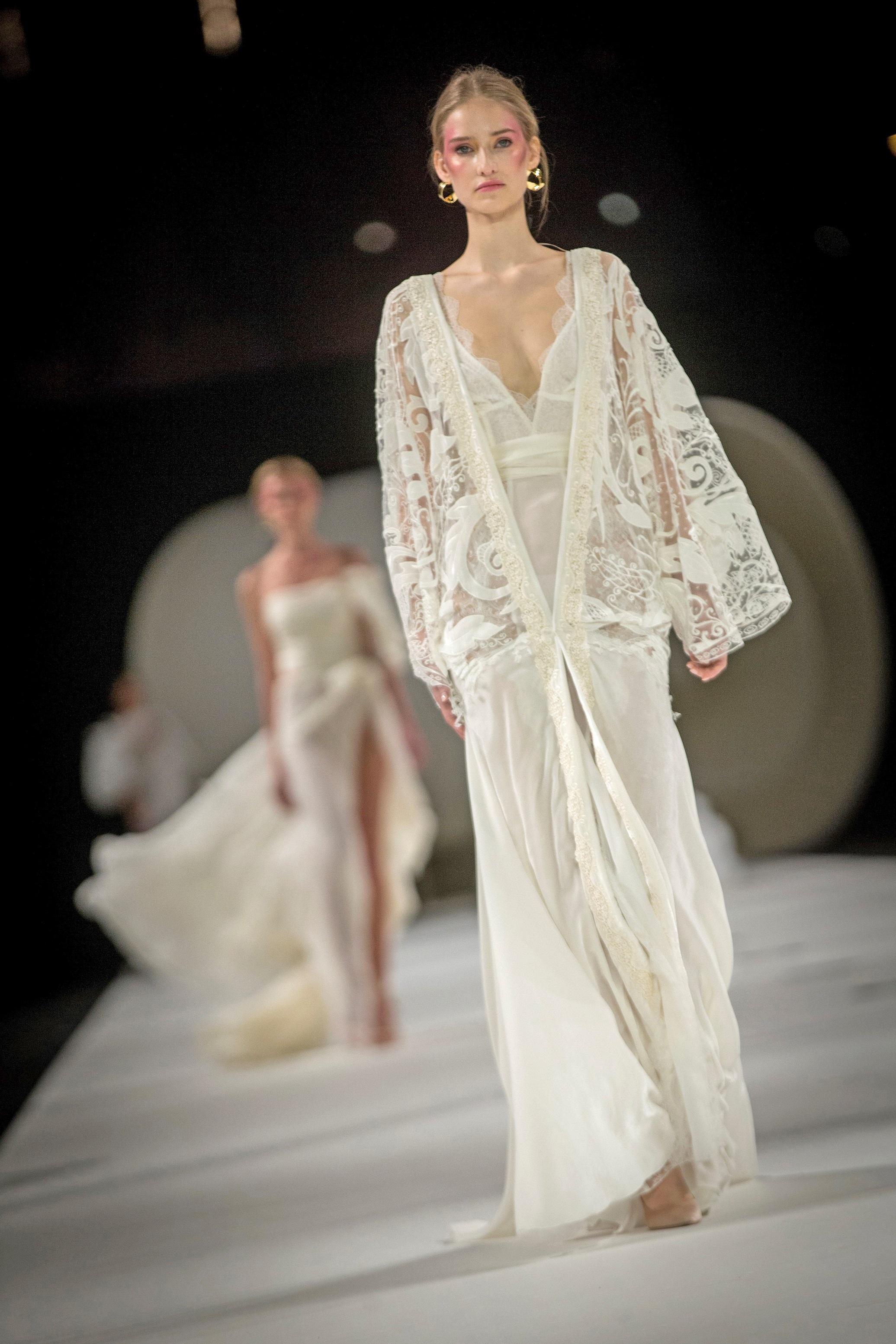 Una modelo desfila con un diseño de la colección IDENTITY de la firma nupcial YolanCris en última edición de la Barcelona Bridal Fashion Week. Enric Fontcuberta