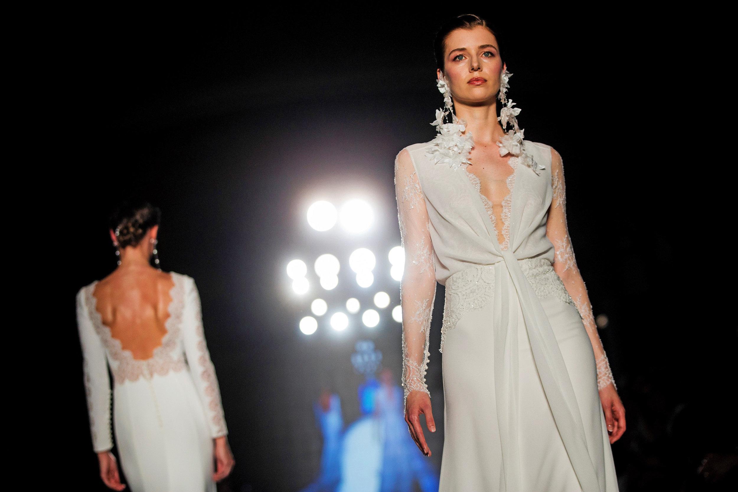 Dos modelos desfilan con vestidos de la diseñadora Rosa Clará en la última edición de Barcelona Bridal Fashion Week . Enric Fontcuberta.