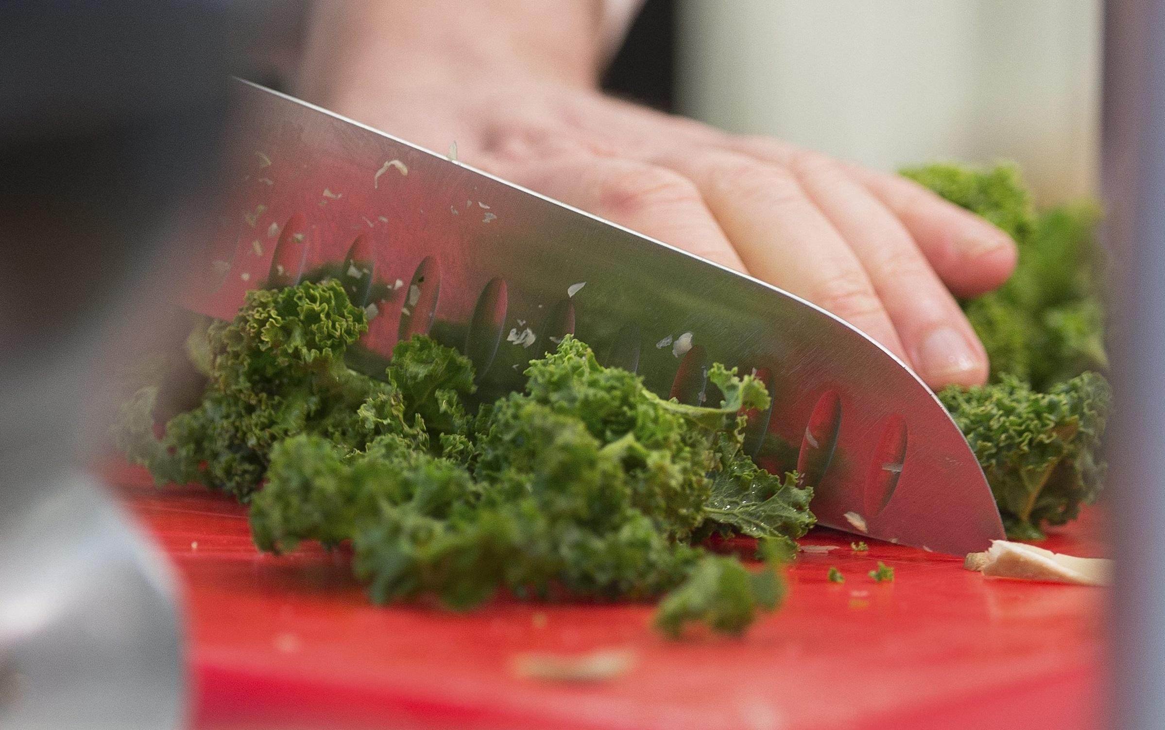 Un cocinero corta el kale para preparar un plato tradicional en el norte de Alemania. FOTO: DAVID HECKERNOMY KALE COOKING
