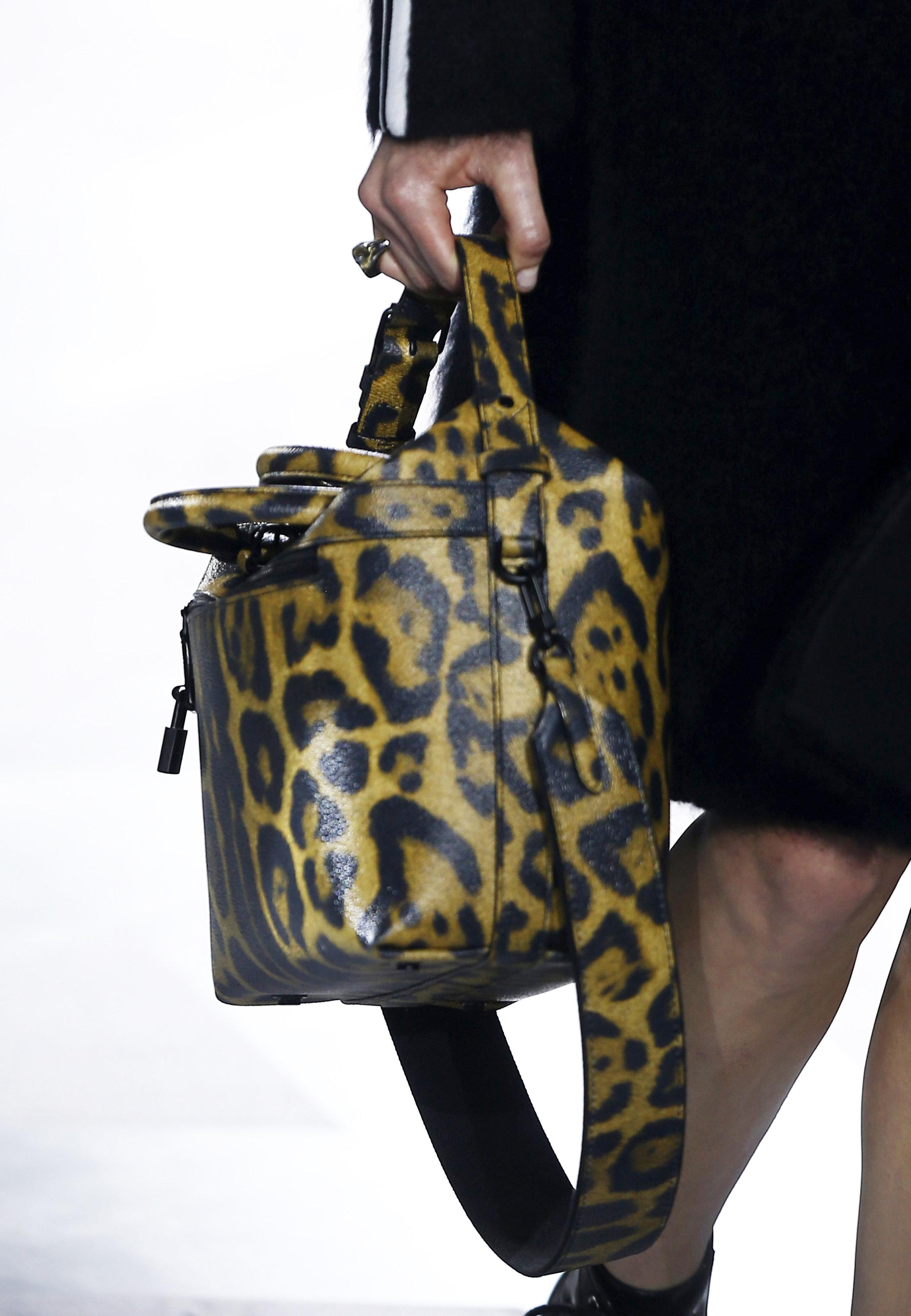 Una modelo luce una creación de la colección del diseñador francés Nicolas Ghesquière para la firma Louis Vuitton . Foto: Ian Langsdon