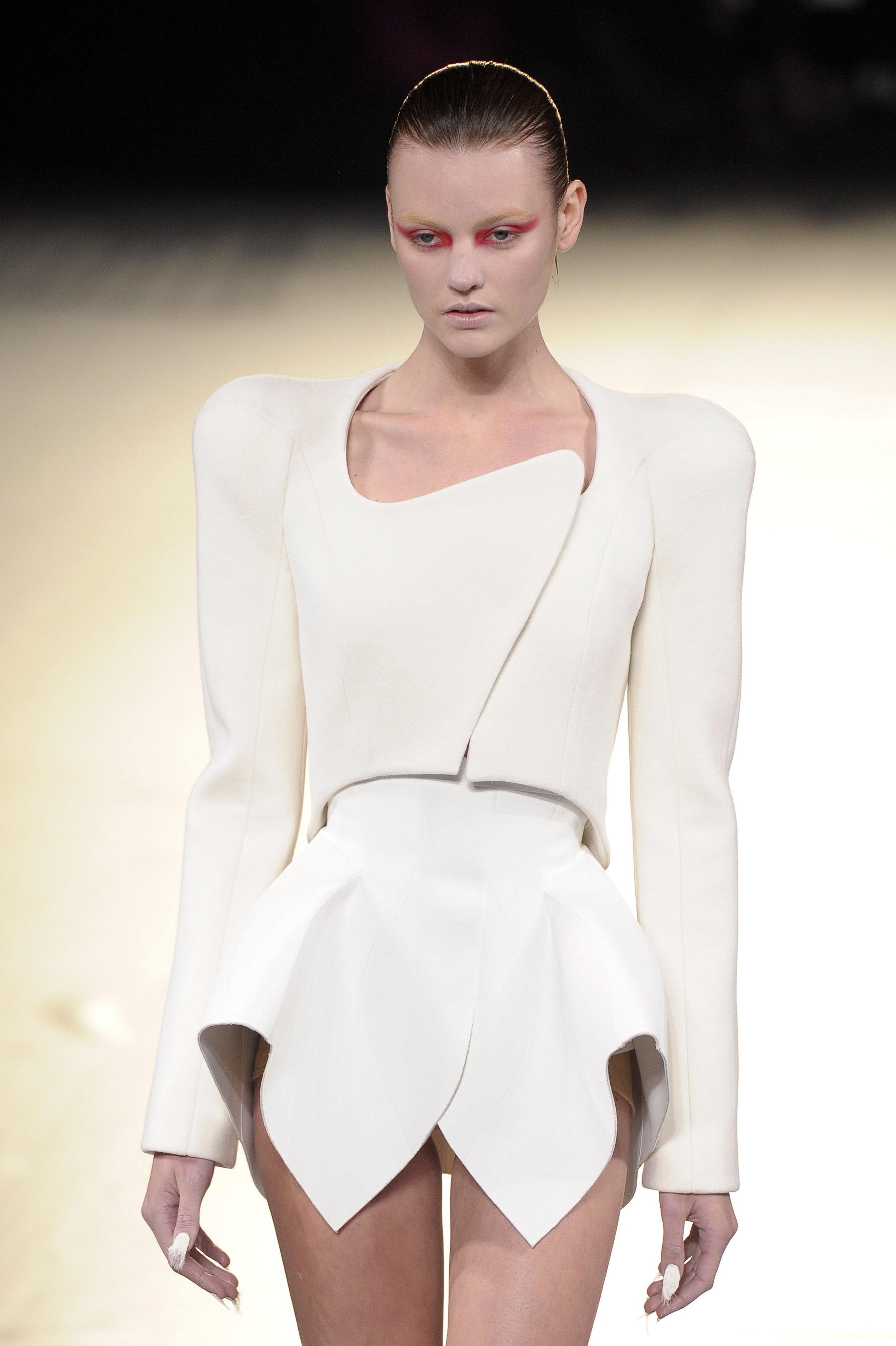 Una modelo presenta una creación de Mugler durante la Semana de la Moda de París. Foto: STEPHANE REIX