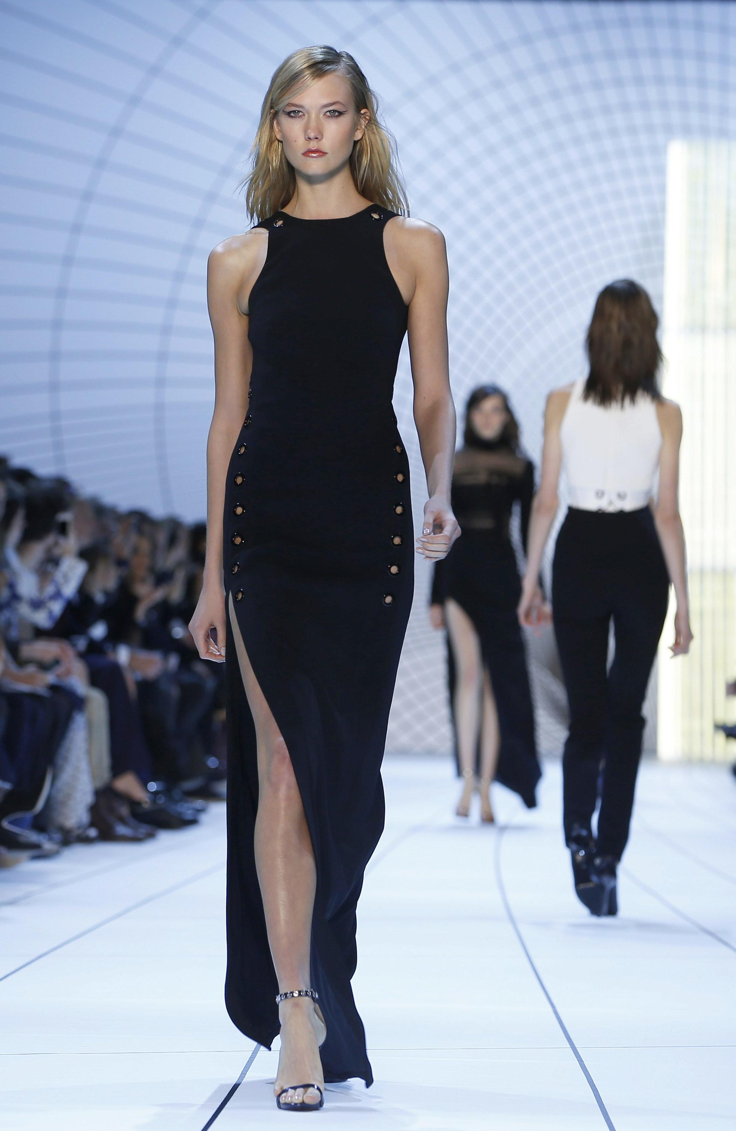La modelo estadounidense Karlie Kloss presenta una creación de la colección Otoño/Invierno 2015/16 del diseñador de origen georgiano David Koma para la casa de moda Mugler durante la Semana de la Moda de París, en París, Francia, el 7 de marzo de 2015. EFE/EPA/IAN LANGSDON