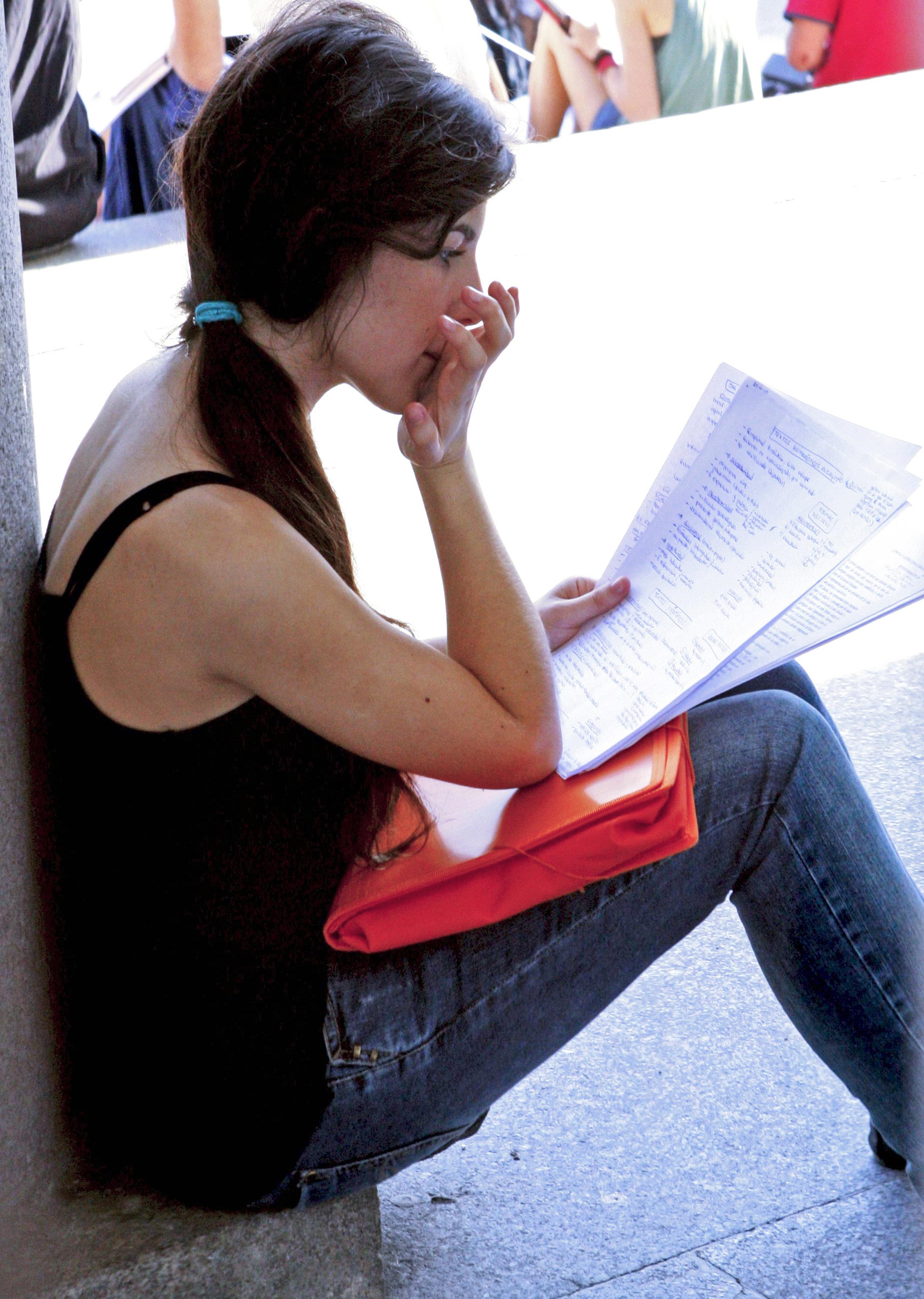 Durante la menstruación, el tejido endometrial se evacúa normalmente por vía vaginal. Sin embargo, una parte puede fluir en sentido contrario, invadir las trompas uterinas y penetrar en la cavidad abdominal. Foto: Sergio Barrenechea