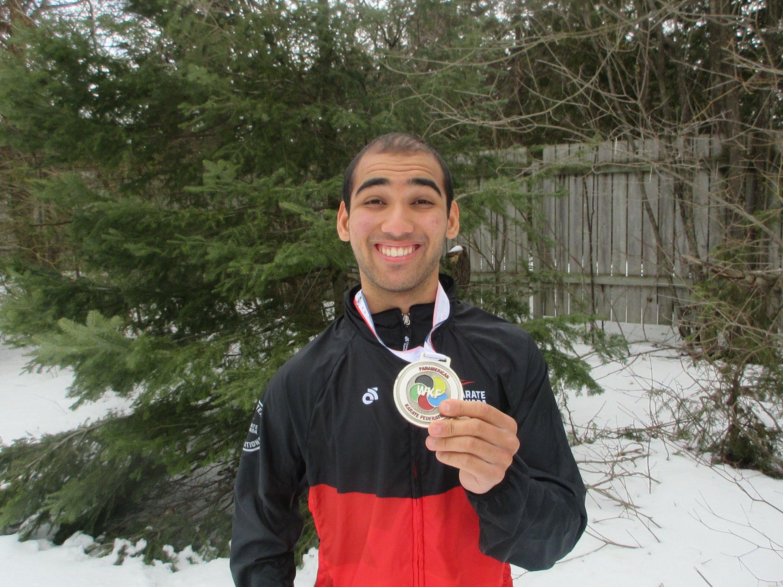 Nuestro para-atleta Daniel Mustapha con su medalla panamericana de plata.
