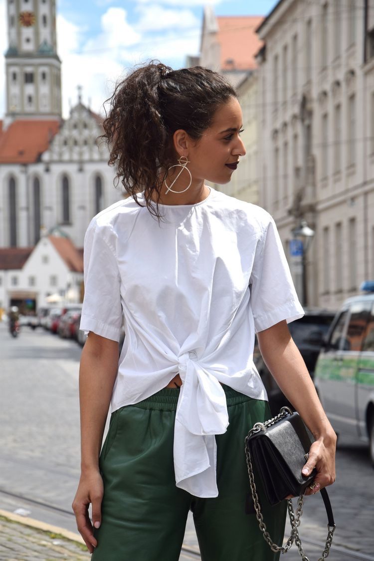 This is a dressed up casual look. I love the joggers and the earrings here.