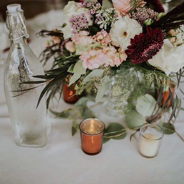 💐: @petalandwren . . . #Weddingcenterpiece #weddingflorals #bohocenyerpiece #bohowedding #sableandblushevents #wedding #florist #massachusettsweddings #eventplanner #bostoneventplanner #junebugweddings #augustweddings #weddingday #weddinginspiration #petalandwren