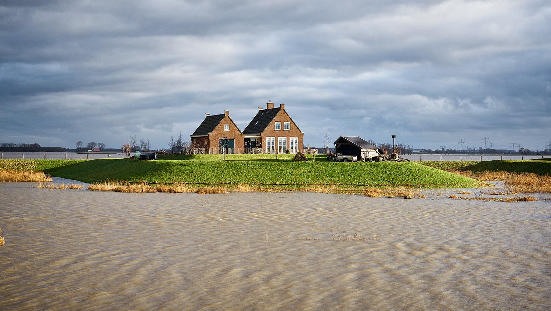 Woonhuis op terp te Werkendam.