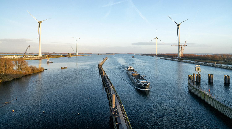 Opbouw windmolens bij Krammersluizen.