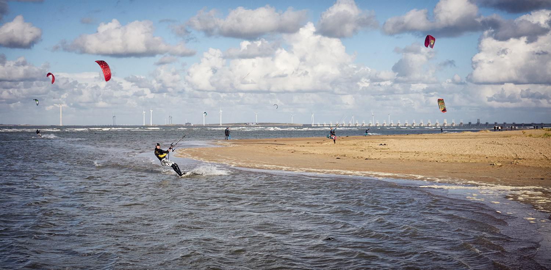 Kitesurfers bij de Oosterscheldekering / Vrouwenpolder