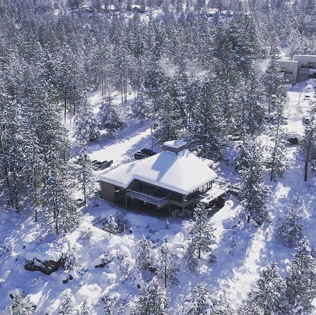 Birds-eye view of Brookswood Lodge. Best part of the feet of snow we had was this shot from our @delve.media shoot. ❄️ #brookswood #lodge #pacificnorthwest #pnw #corporateretreat #greatideashappenhere #inspiration