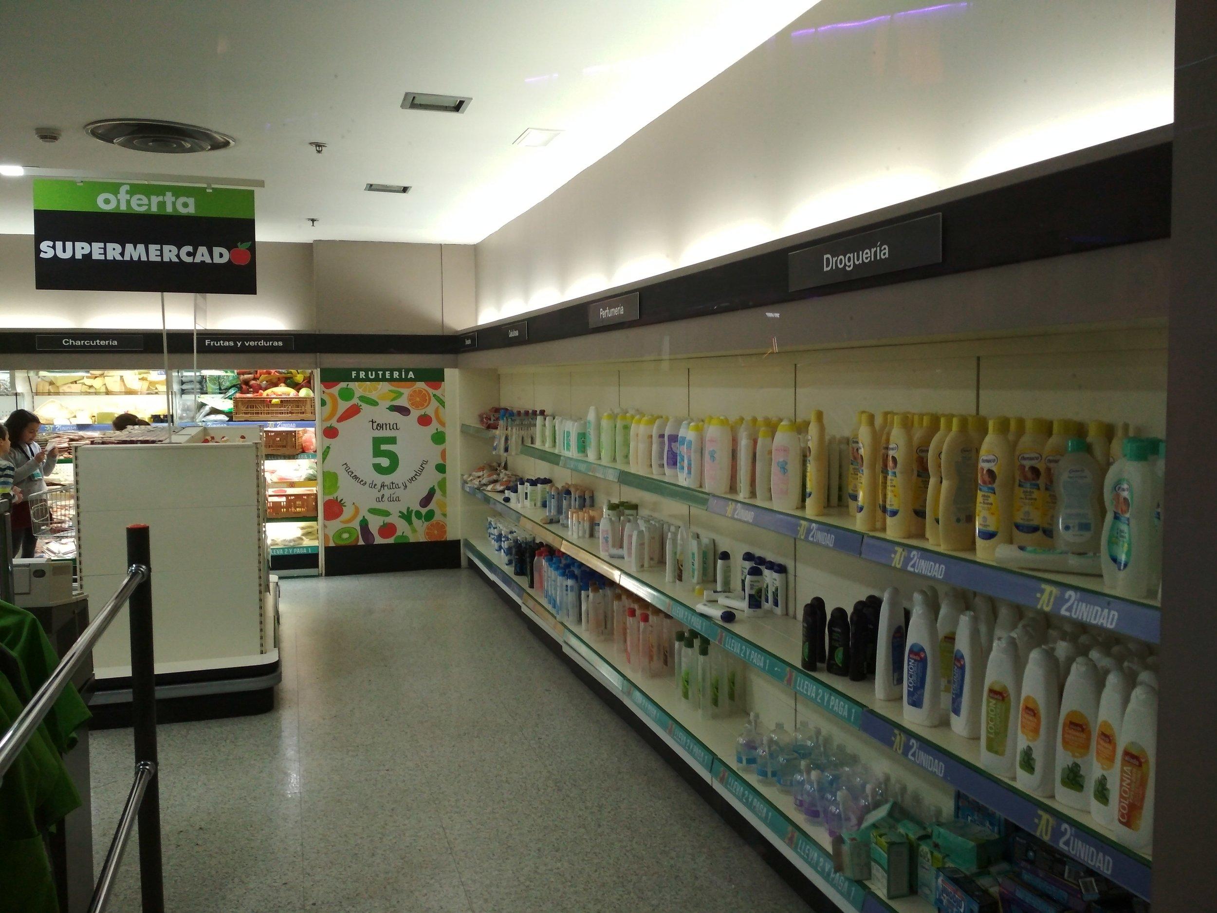 Todos los espacios, todas las marcas de productos representados, pertenecen a patrocinadores reales como El Corte Inglés, Iberia, Pullmantur o Antena 3.