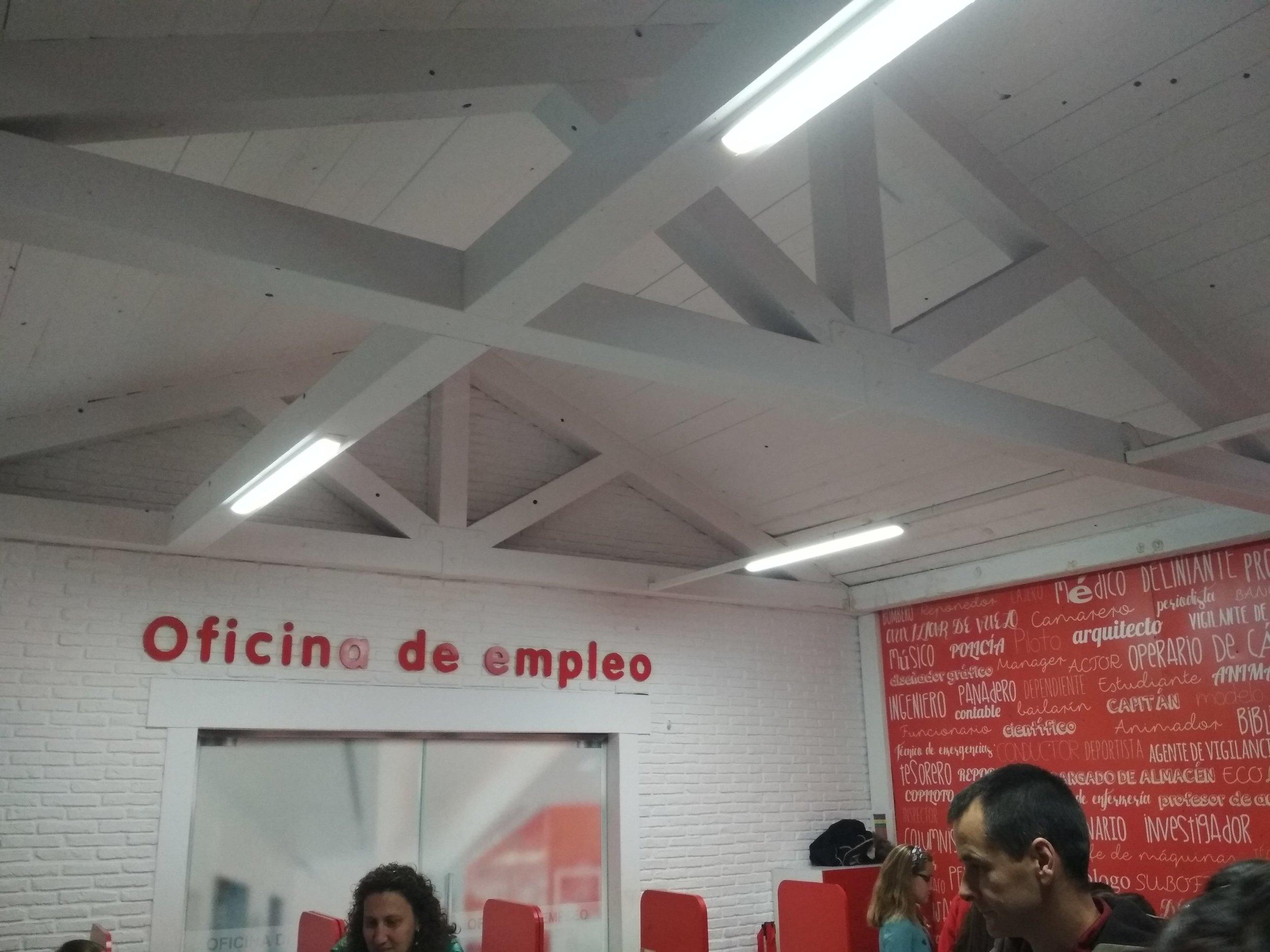 Nuestra primera parada en Micrópolix: una oficina Adecco de orientación laboral.