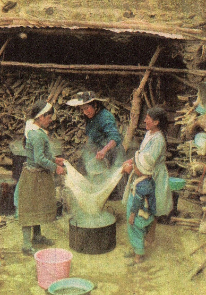 Women brewing chichi in Huacho sin Pescado (1980). It's a lady-filled affair. - Image by Teresa Walendziak i Marek Doktor, from Wikicommons.