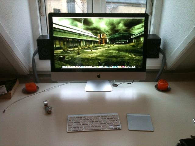 Kontorupdate 2.0  For nylig købte jeg nyt skrivebord og nye højttalere i forsøg på at opgradere mit minimalistiske hjemmekontor til noget jeg rent faktisk ku' arbejde ved i længere tid af gangen. Med den seneste opgradering, en fin ny iMac, er jeg kommet et stort skridt nærmere. Nu mangler jeg (i denne omgang) bare en ny kontorstol. Er der nogen der skal til Ikea i bil i nærmeste fremtid? Nøøj, jeg er glad for min nye maskine :-)