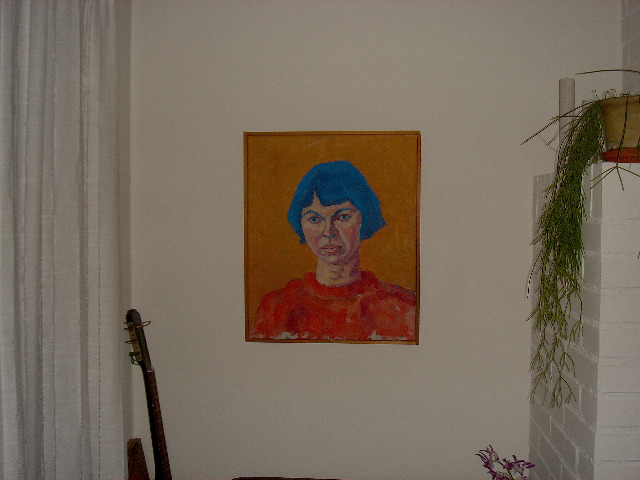 """Er dette 'en Jes Fomsgaard'?  I mange, mange år har min mor forsøgt at huske navnet på den  mand der malede hende engang tilbage i slutningen af 1960'erne.   Billedet har alle dage høstet ros for på fineste vis at fange min mors  melankolske side. Det blå hår er en mindre genialitet.  Både venner, familie og min mor selv synes at billedet er rigtig godt.    Hendes søster, min moster, havde tilfældigt mødt en kunstmaler og de havde  sammen besøgt min mor, som boede i Store Kongensgade på det tidspunkt.  Min mor havde betalt ham 200 kr. for maleriet, men de endte med sammen at  gå ud og spise for pengene.    Billedet blev aldrig signeret og i ca. 40 år har min mor forgæves forsøgt at huske  hvad han hed. I går, efter Juledags obligatoriske frokost og efterfølgende fællesstener  i sofaarrangementet foran pejsen, gik jeg konstruktivt ind i sagen og begyndte  metodisk at udspørge min mor om detaljer fra den tid.  Det må have startet en tankerække, for i morges over kaffen udbrød hun:  """"Jeg tror sgu han hed noget á la Jens Formsgaard"""". Og efter en Googlesøgning landede jeg på Jes Fomsgaard, som er maler, og som er 3 år yngre end min mor. Det kunne altså sagtens være ham.    Nu er spørgsmålet imidlertid:  1 Hvem kender Jes Fomsgaard, og kan spørge ham om det er ham der har malet billedet? 2 Kan han i så fald overhovedet huske det?    Min mor har ingen andre intentioner end at kunne fortælle nysgerrige hvem den dygtige maler  er.  Al hjælp modtages med kyshånd"""