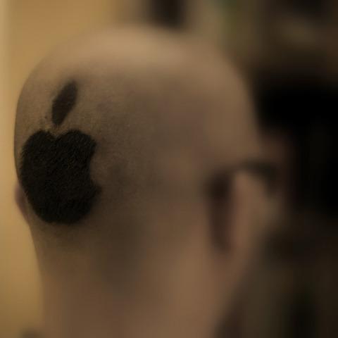 Reaktioner på hårgimmick                                         I mandags fik jeg klippet et Apple logo i nakken.   Det ryger nok efter de tre julefrokoster jeg skal til i dag og to   dage frem.   Det har jeg fået rigtig mange sjove kommentarer til, på gaden,   på studiet, og nu altså også på nettet.   Nogle begyndte at diskutere det på twitter, og en ytrede sig   ved at konstatere at fans nogle gange skader et brand mere   end de gavner det. Og i øvrigt at jeg fortjente offentlig spot og hån.      Nuvel, en sådan frisure kan måske retfærdiggøre en del kommentarer   og også himmelvendte øjne, hovedrysten osv. Men at det ligefrem skulle skade Apples   brand at jeg går klippet således, og at det kalder på offentlig spot og hån   havde jeg alligevel ikke forestillet mig.   Der er en tydelig tendens face to face til at pc-brugere synes det er plat, og Applebrugere   synes det er sjovt. Det siger det vist egentlig meget godt.