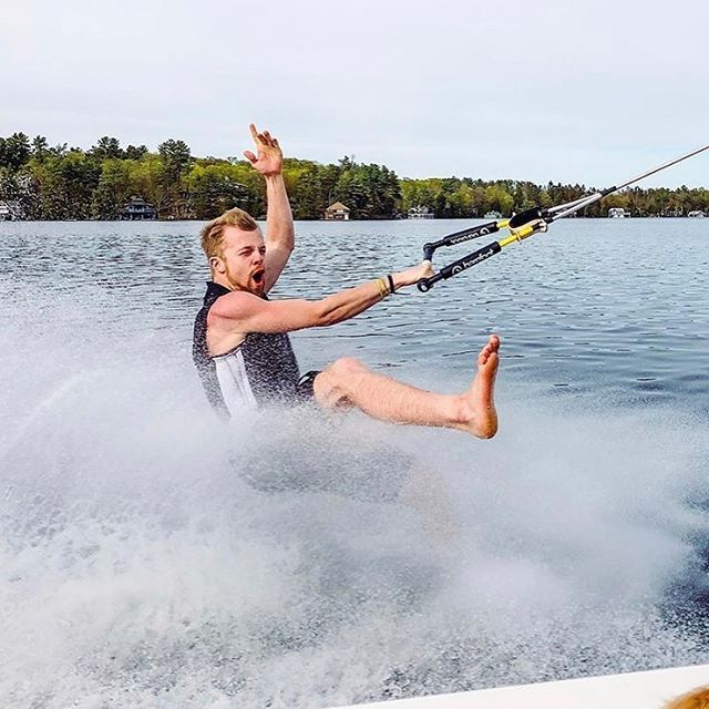 "I bet you can't do this in the city! . ""Light on my feet👣"" - @tnully . 📷: @johnnnydeere . . . . #muskoka #minett #waterskiing #waterski #barefootwaterskiing #barefootwalker #lakerosseau #muskokalife #cottagelife #ontariolakes #getoutside #actionphotography #sportsphotography"
