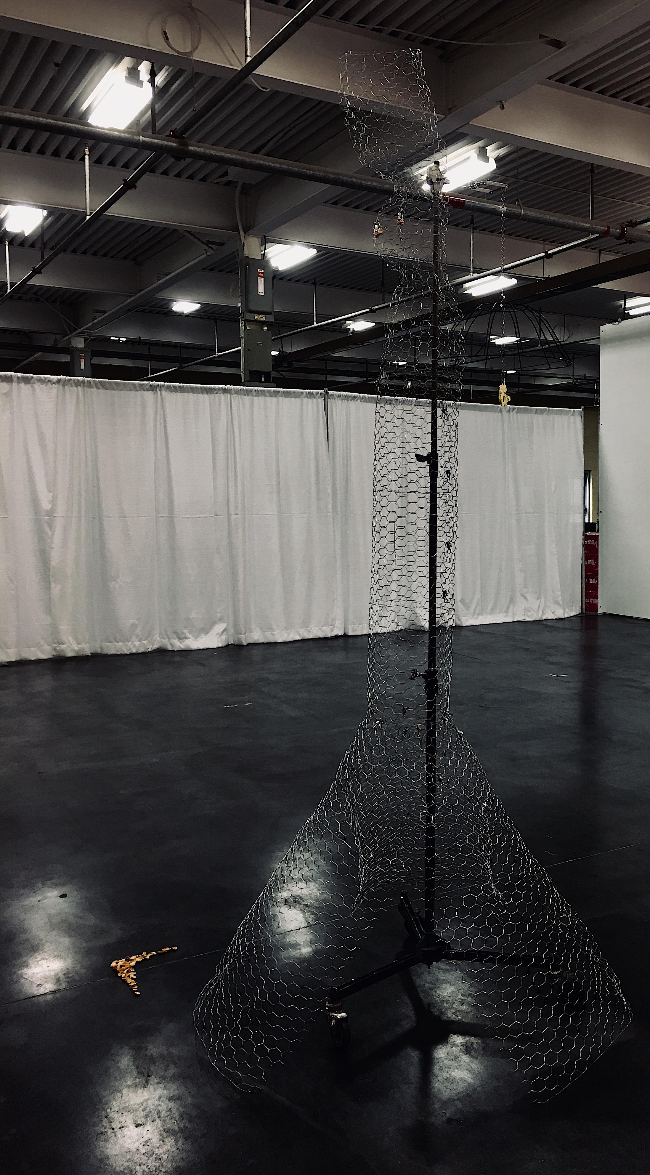 FEMME AU CHAPEAU JAUNE À LA DÉRIVE, 2019. Installation DÉRIVES d'Anne-Marie Giroux à la foire d'art contemporain ARTIST PROJECT 2019 à Toronto.  WOMAN WITH YELLOW HAT DRIFTING, 2019. Anne-Marie Giroux's Installation DRIFTS at contemporary art fair ARTIST PROJECT 2019 in Toronto.