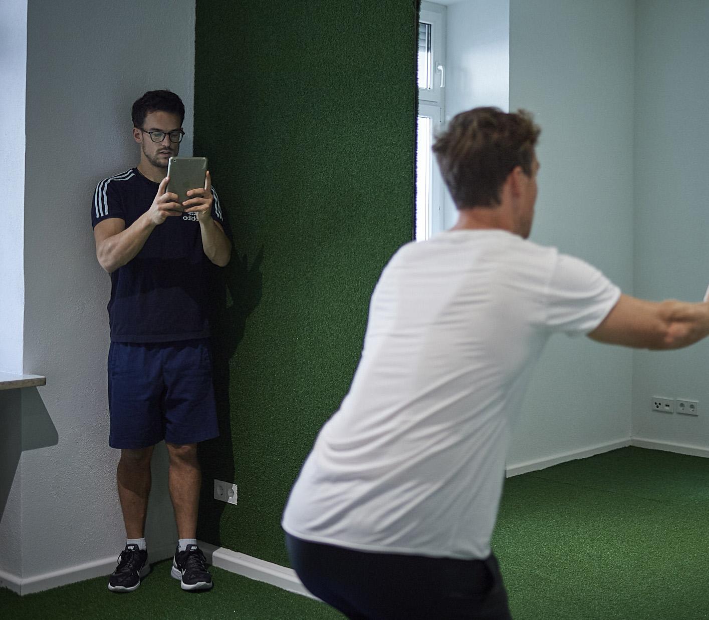 Sie werden bei den Übungen selbst fotografiert und erhalten einen Trainingsplan mit Ihren eigenen Fotos. Das macht die Umsetzung zu Hause noch einfacher!