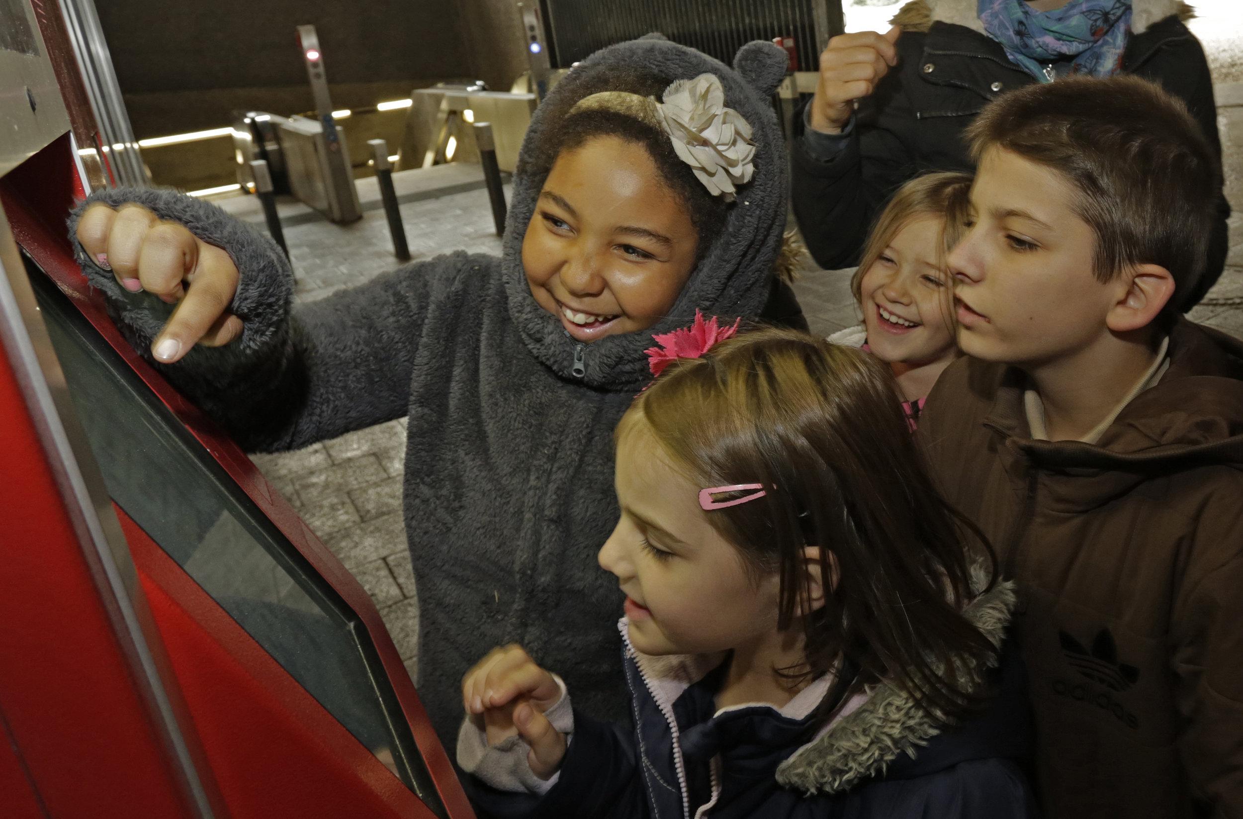 Bild aus dem Programm CHILDREN Entdecker (Kinderarmut): Kinder kaufen Tickets am Fahrkartenautomaten