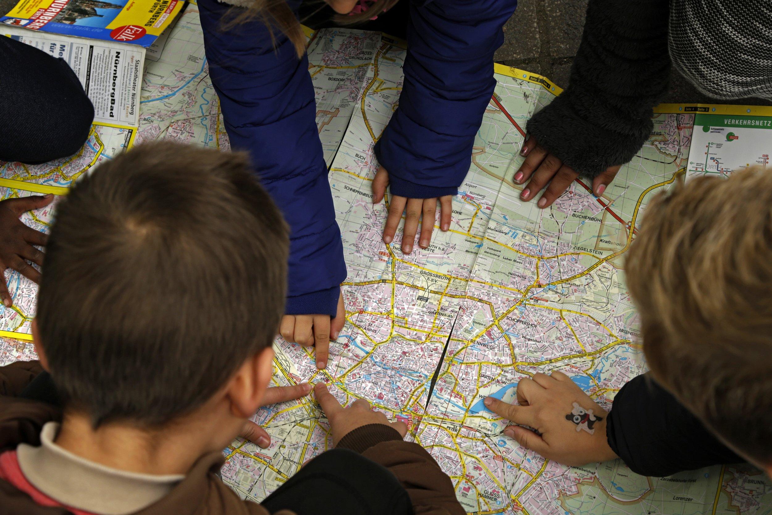 Bild aus dem Programm CHILDREN Entdecker (Kinderarmut): Kinder betrachten einen Stadtplan