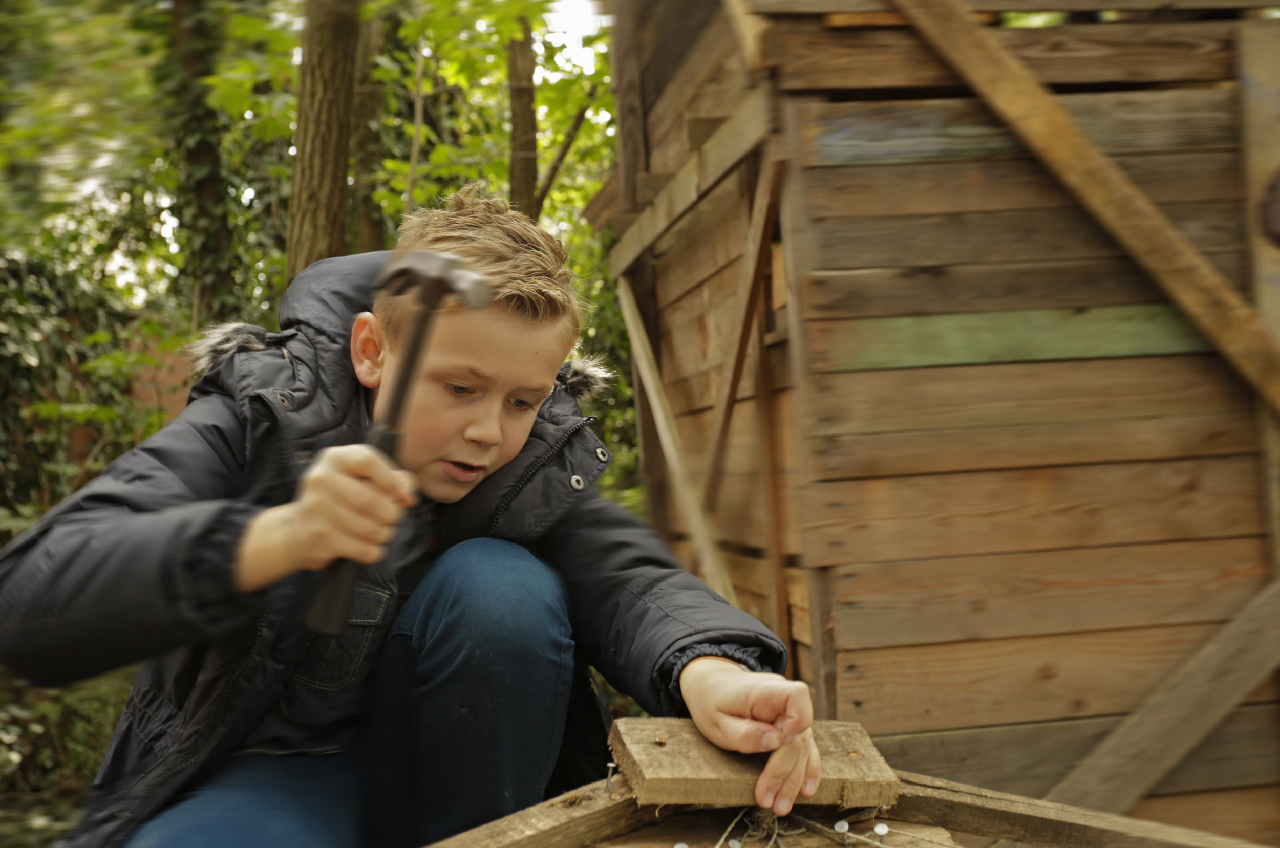 Bild aus dem Programm CHILDREN Entdecker (Kinderarmut): Junge mit Hammer