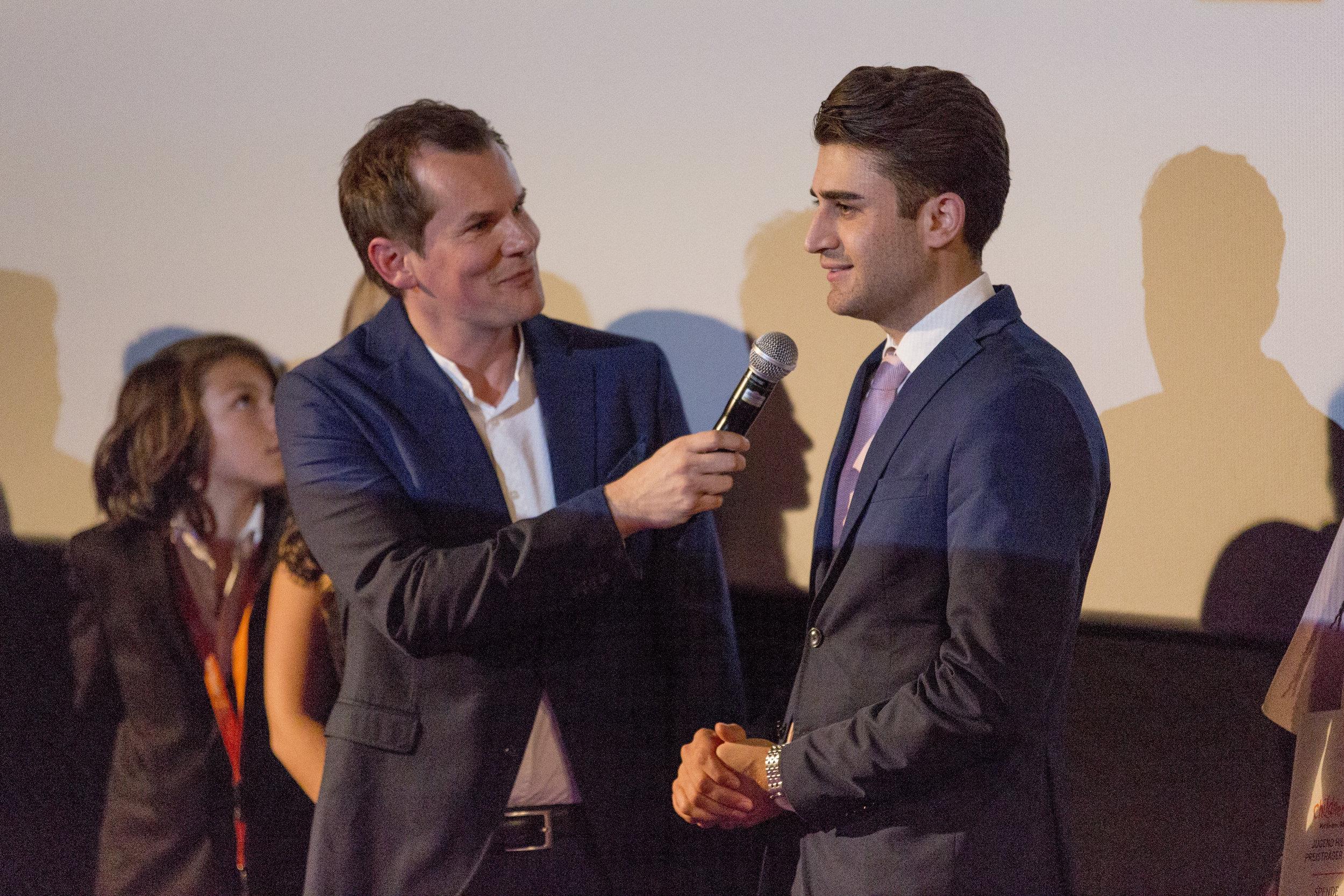 CHILDREN Jugend hilft! (soziales Engagement): Ein Jugendlicher wird von dem Moderator Malte Arkona interviewt