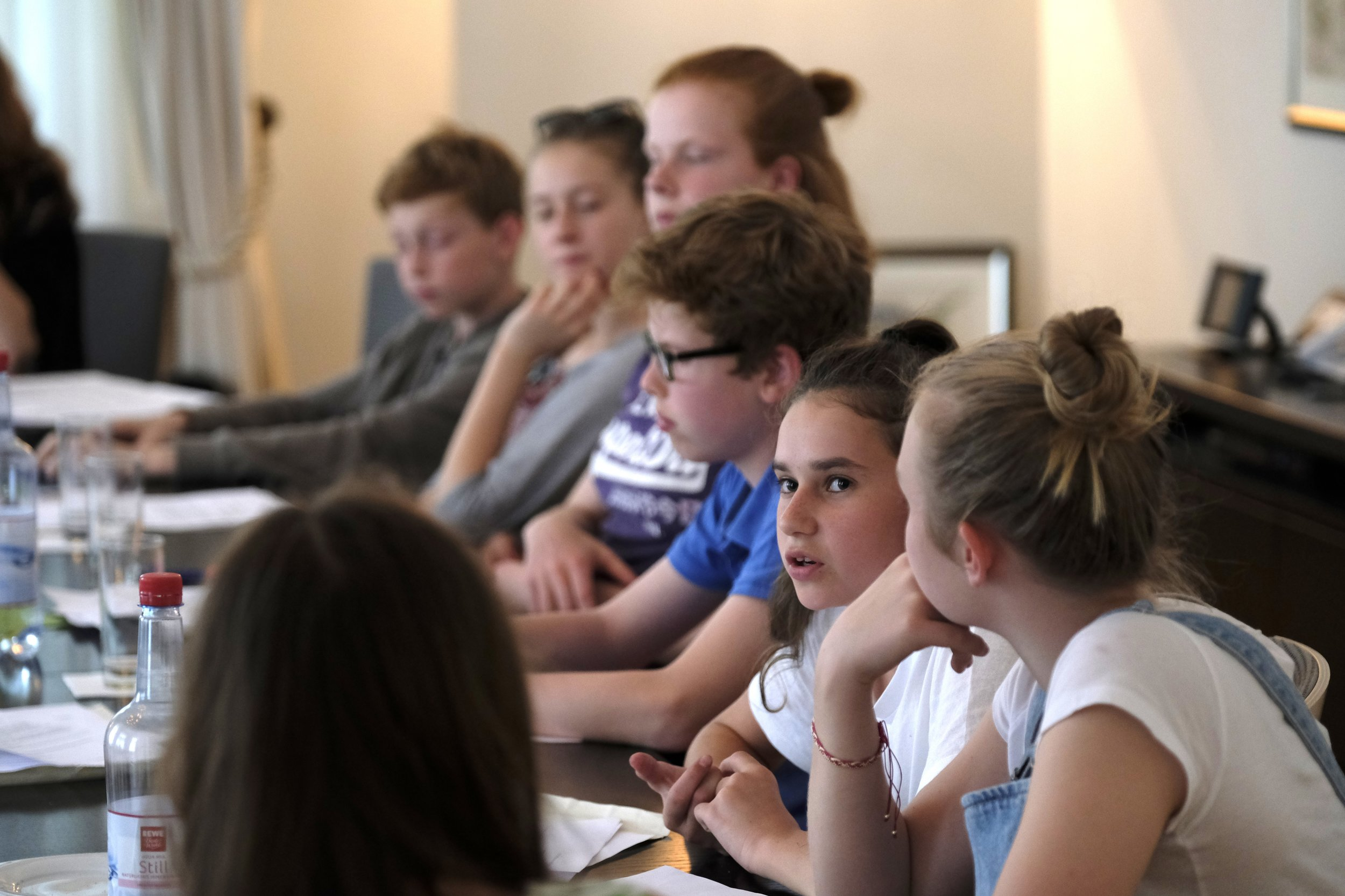 Bild vom CHILDREN Kinderbeirat (Partizipation): Eine Gruppe Kinder und Jugendlicher diskutiert über Förderanträge