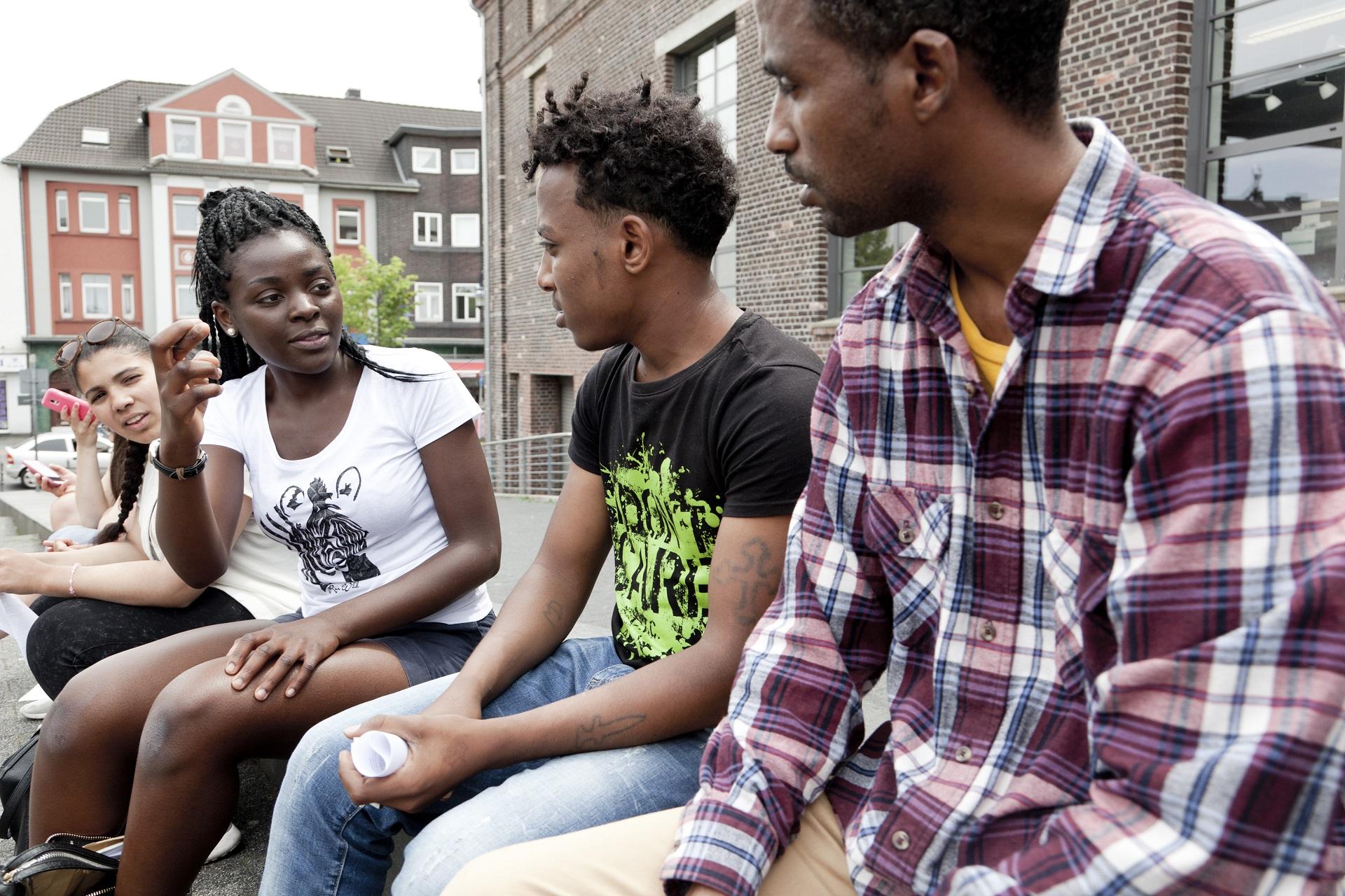 Jugendliche unterhalten sich und helfen einander. Sie wurden vom Programm CHILDREN Jugend hilft! gefördert.