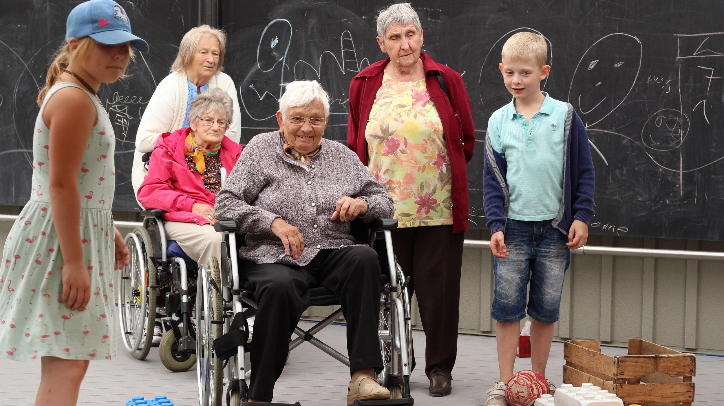 Bild aus dem Programm CHILDREN Jugend hilft! (soziales Engagement): Kinder arbeiten in ihrem Projekt mit Senioren aus einem Altenheim zusammen.