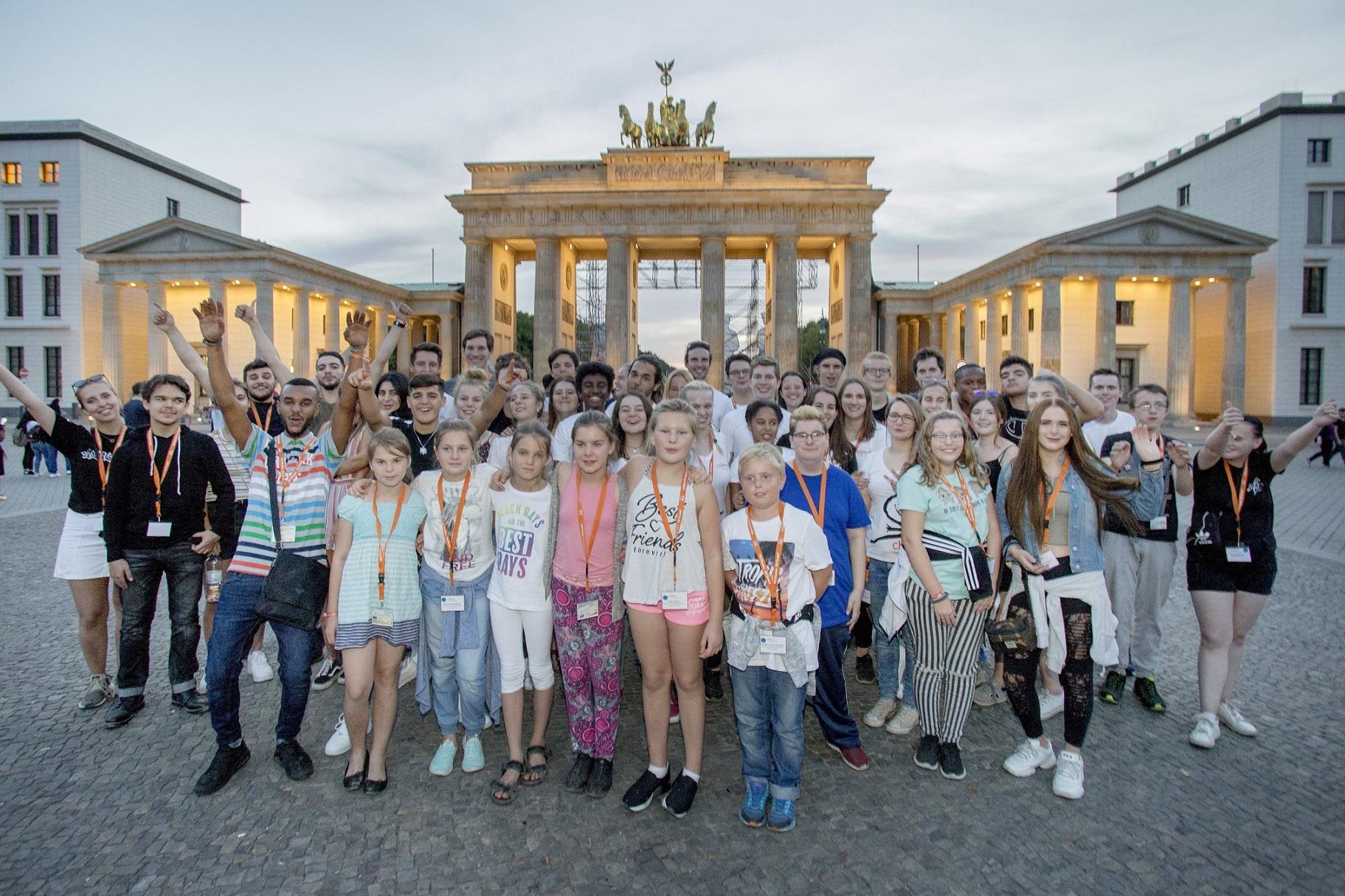 Die Sieger*innen des Engagement-Wettbewerbs in Berlin vor dem Brandenburger Tor.