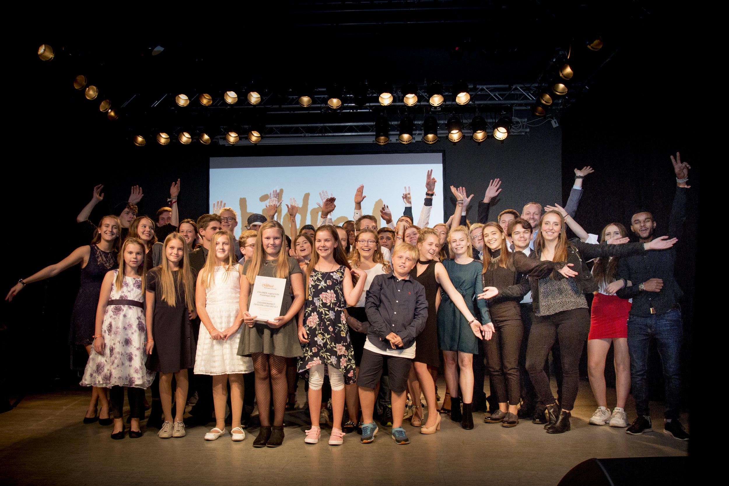Die stolzen CHILDREN Jugend hilft! Sieger*innen 2018 auf der Bühne.
