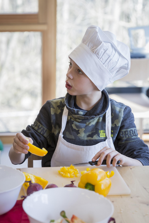Beim gemeinsamen Kochen kommen die Kinder spielerisch mit neuen Lebensmitteln in Kontakt.