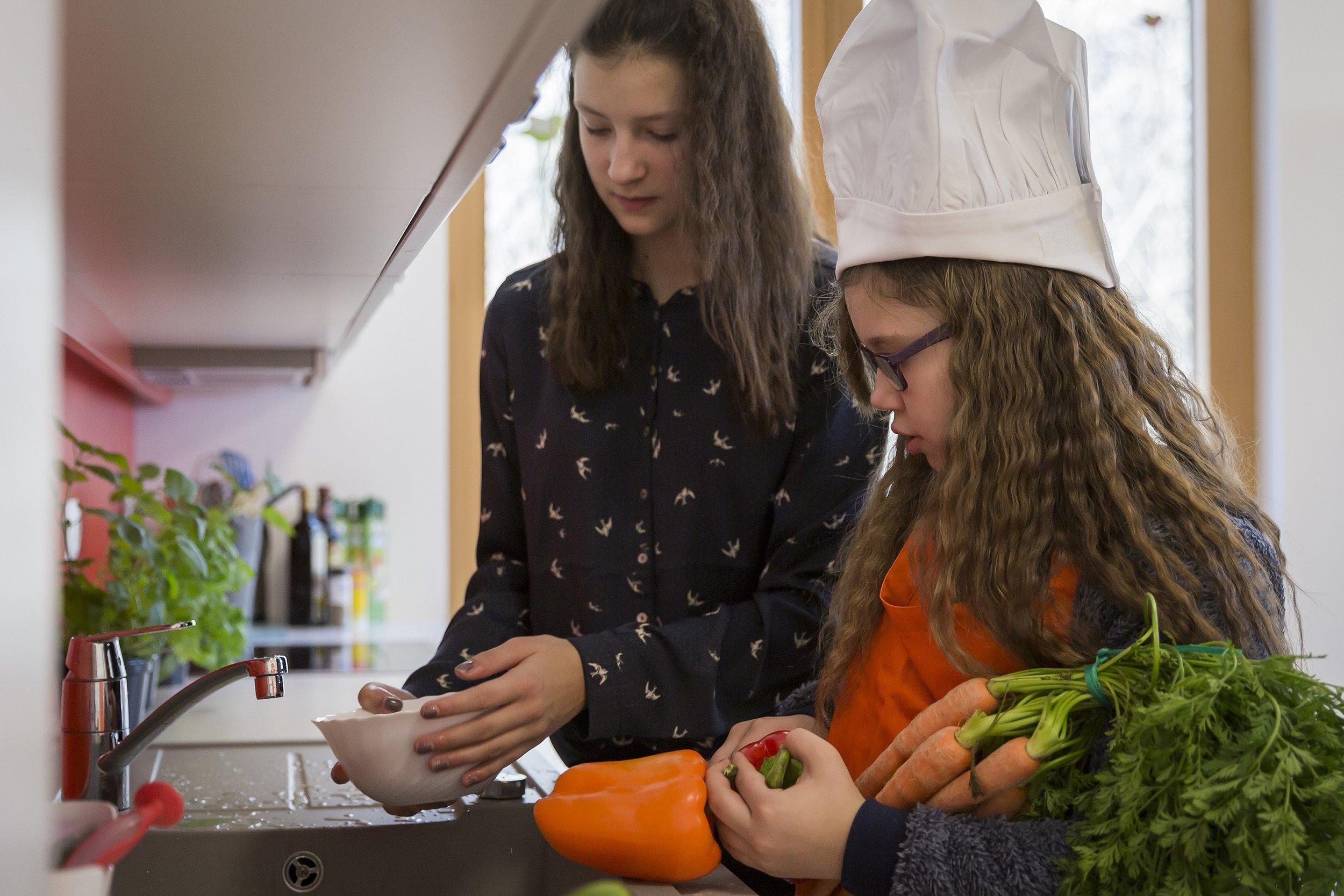 In Kleingruppen werden die Mahlzeiten gemeinsam zubereitet.