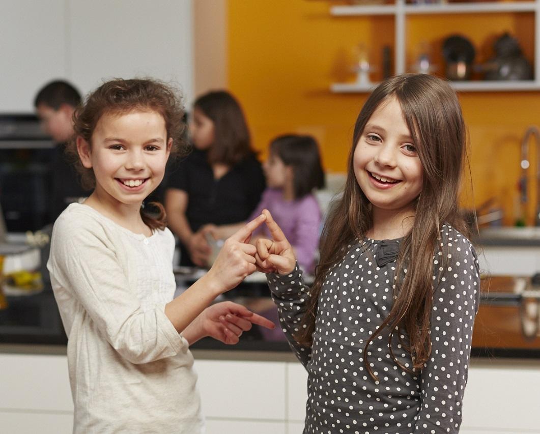 Die Stiftung stärkt den Verein nachhaltig. Zwei Mädchen schließen Freundschaft.
